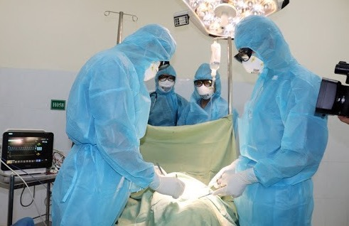 Phẫu thuật cấp cứu bệnh nhân bị tắc ruột khi đang cách ly. Ảnh: BS.D.Q.T