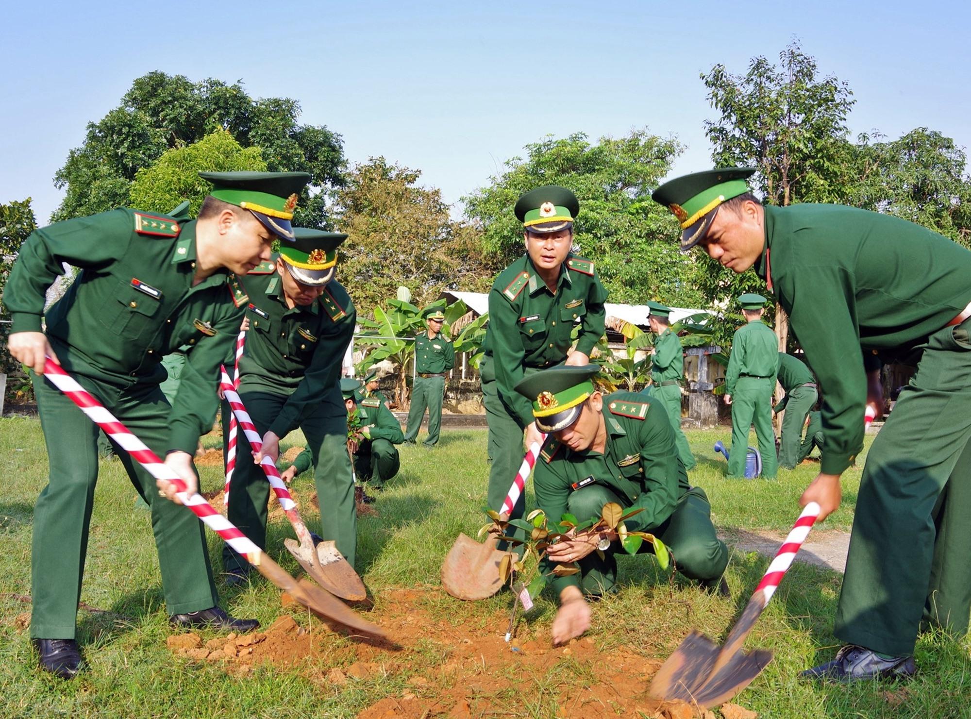 """Bộ đội biên phòng thực hiện """"Tết trồng cây"""" năm 2020. Ảnh: H.ANH"""