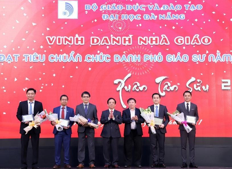 Đại học Đà Nẵng vinh danh các tân Phó Giáo sư tại buổi gặp mặt đầu Xuân Tân Sửu 2021. Ảnh NTB