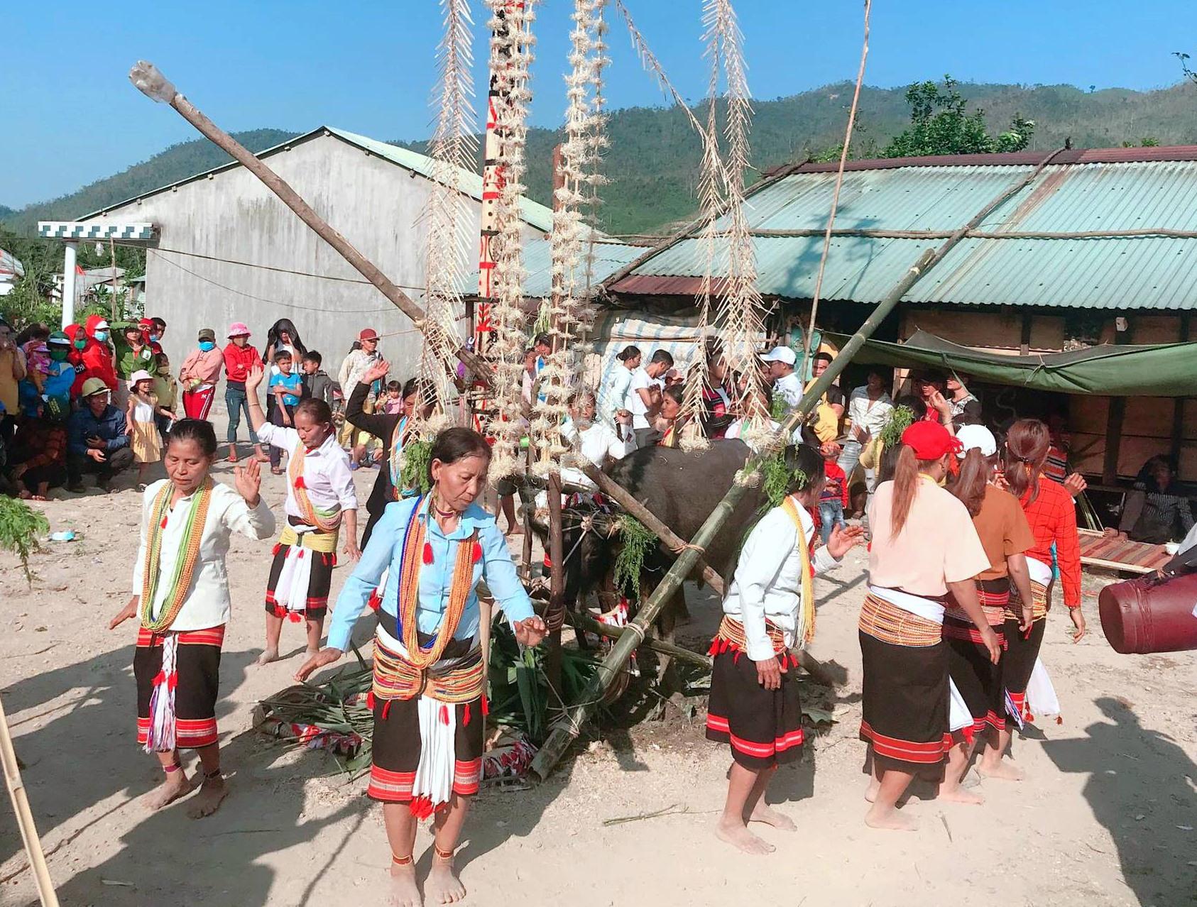 Đồng bào Ca Dong ở xã Phước Gia (Hiệp Đức) vui lễ hội tạ ơn thần lúa trong ngày đầu năm mới. Ảnh: Đ.N