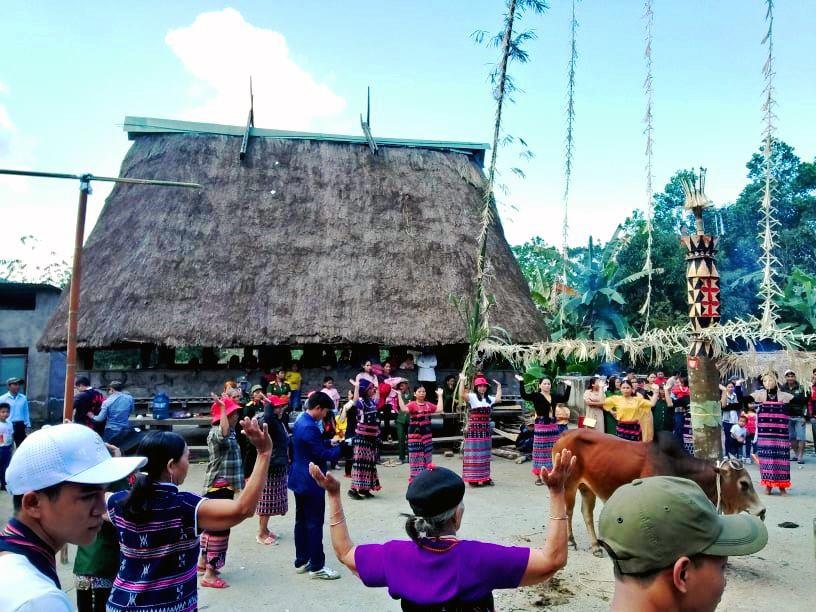 Đồng bào Cơ Tu ở thôn Vinh (xã Tà Pơơ, Nam Giang) tổ chức lễ hội truyền thống đón năm mới. Ảnh: Đ.N