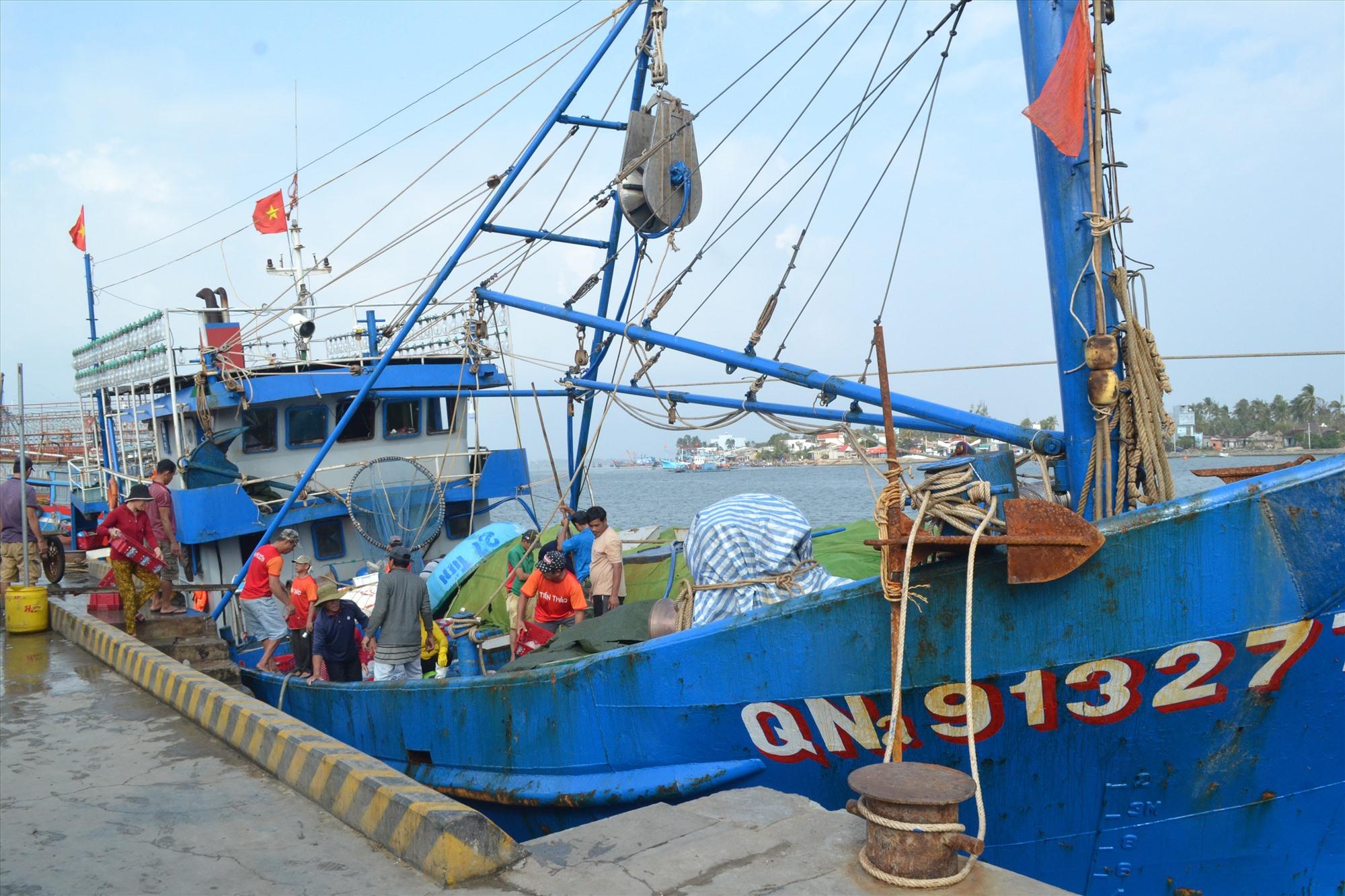Tàu vỏ thép QNa-91327 cập bờ bán hải sản ngày hôm qua (18.2). Ảnh: VIỆT NGUYỄN