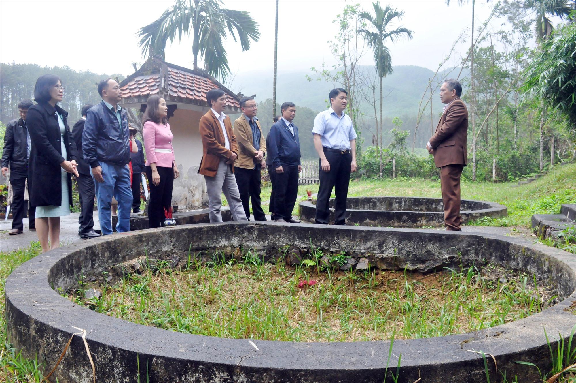 Phó Chủ tịch UBND tỉnh Trần Văn Tân đi khảo sát tại Khu chứng tích vụ thảm sát Đồng Trại sáng 18.2.2021. Ảnh: N.Đ
