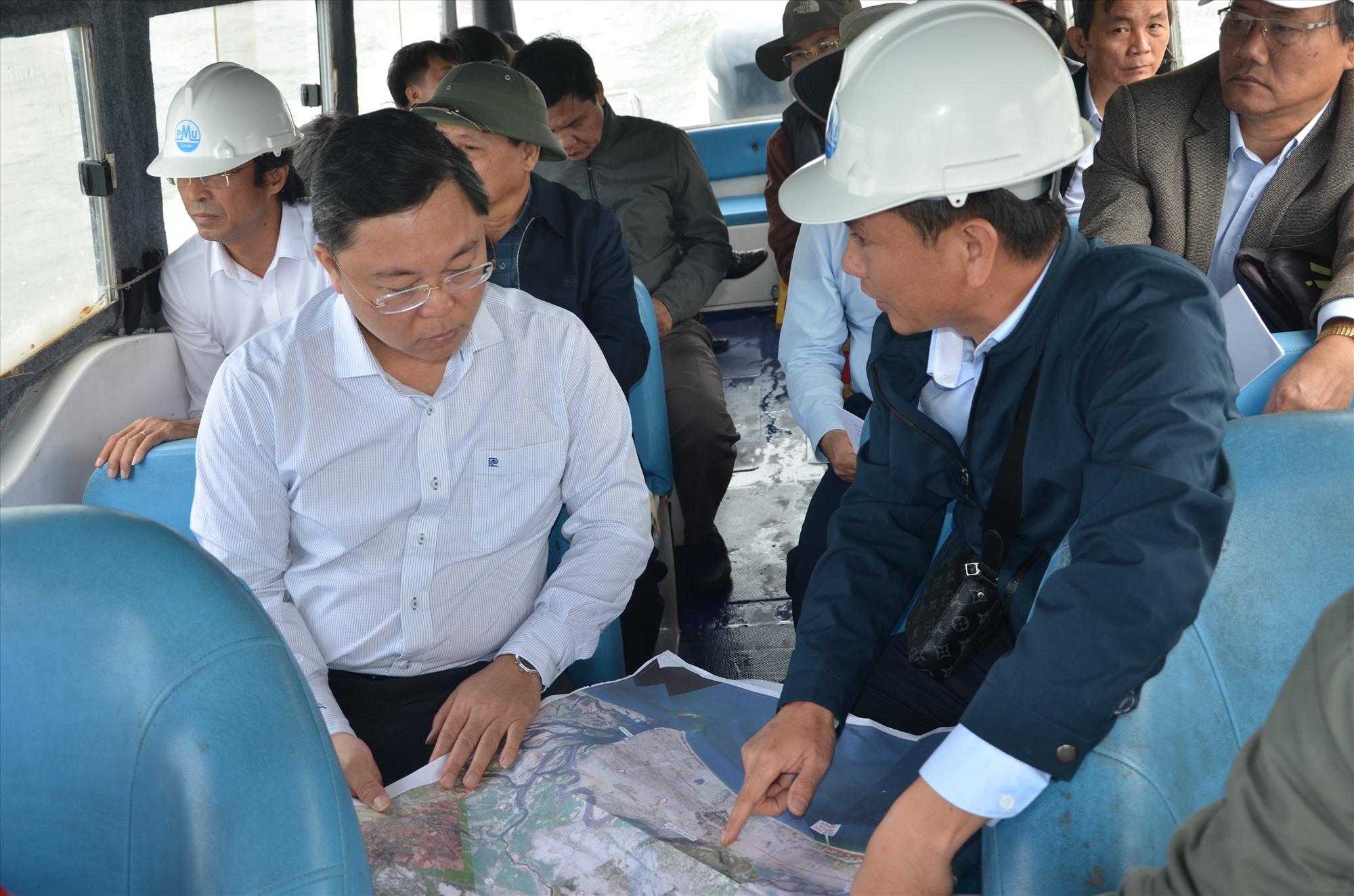 Chủ tịch UBND tỉnh Lê Trí Thanh khảo sát thực địa sông Trường Giang vào sáng 18.2. Ảnh: H.P