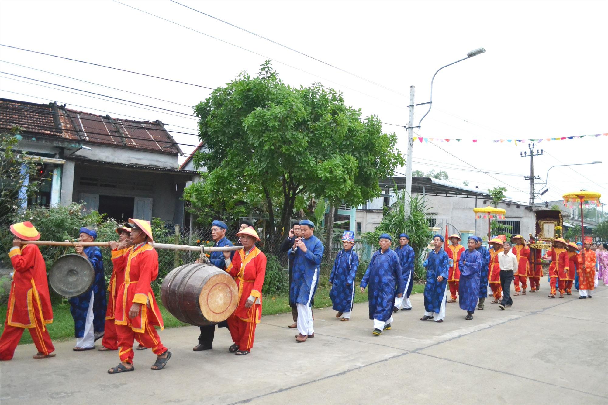 Các làng rước linh kiệu Thành Hoàng, tổ tiên về trung tâm xã Điện Quang để tế lễ Thanh minh. Ảnh: C.T