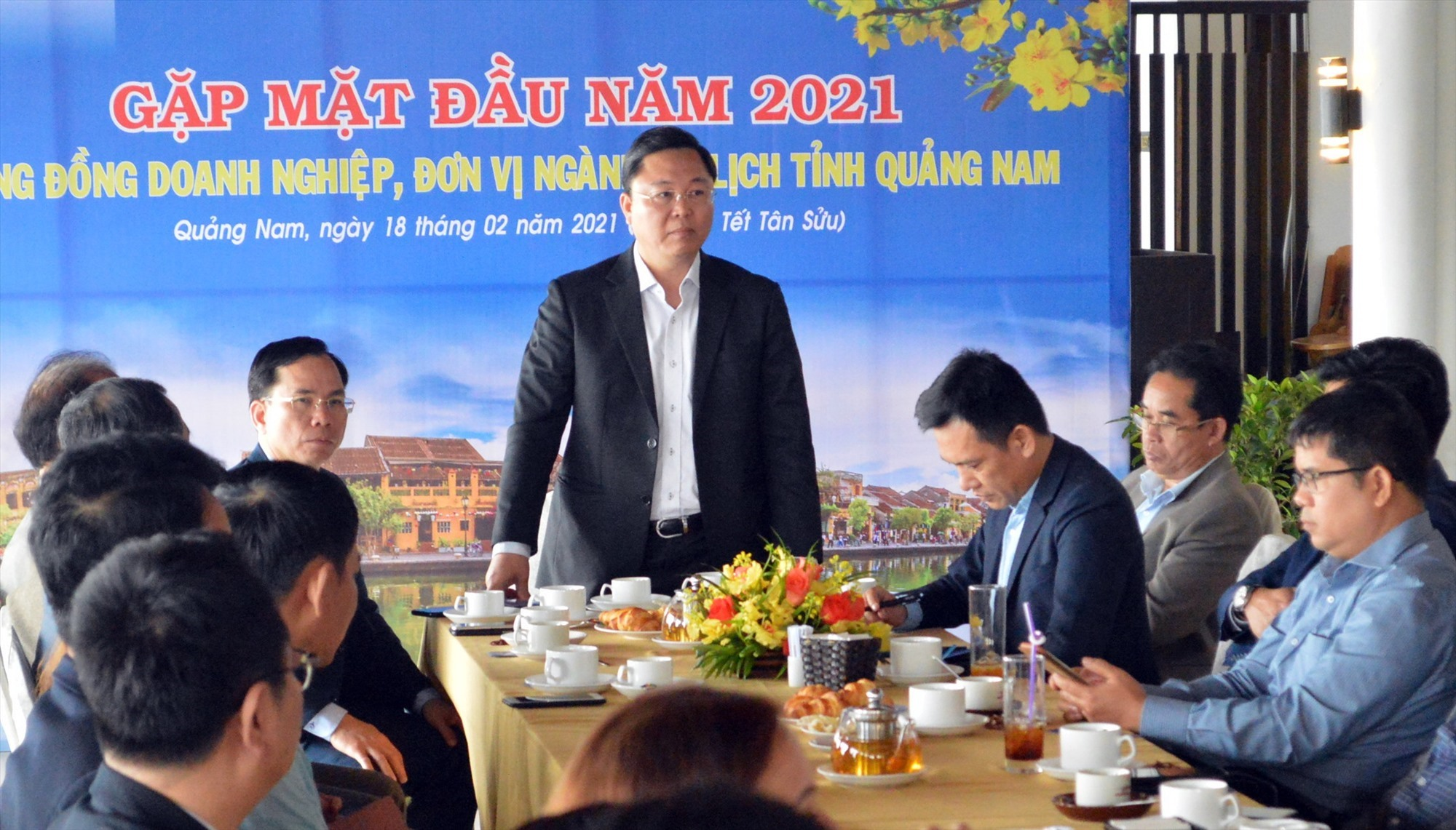 Mr. Le Tri Thanh at the meeting with tourism businesses
