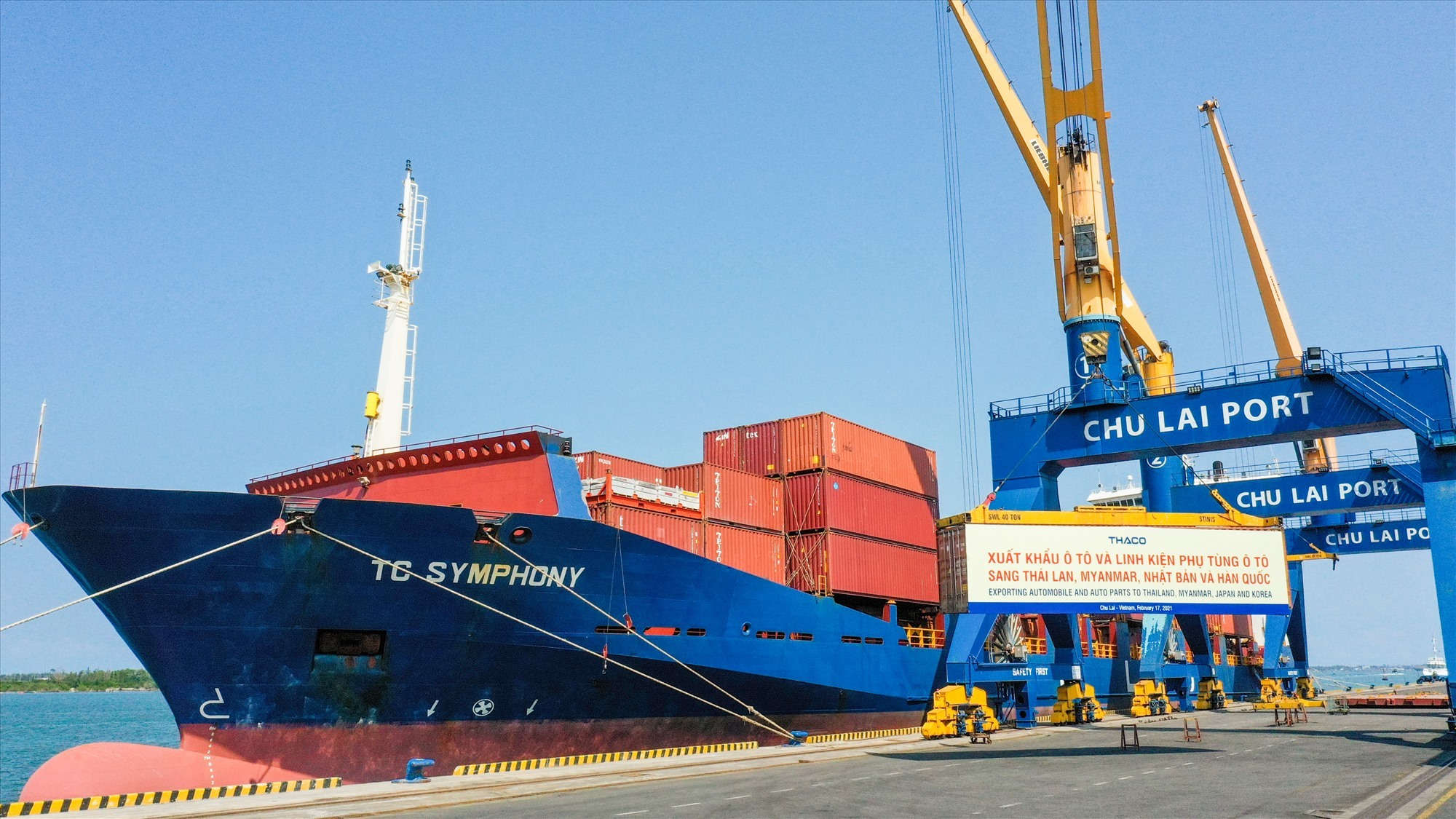 Containers of THACO's cars and spare parts to foreign markets at the start of the lunar new year 2021