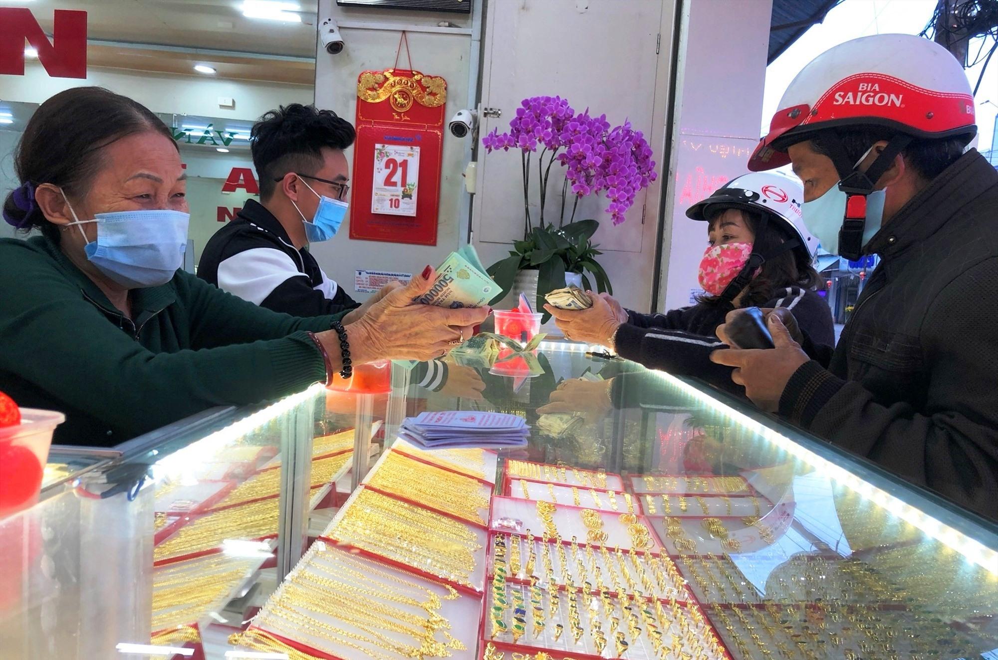 Người dân đeo khẩu trang đến mua vàng tại tiệm vàng Nghĩa Tín (đường Phan Châu Trinh, TP. Tam Kỳ). Ảnh: KL