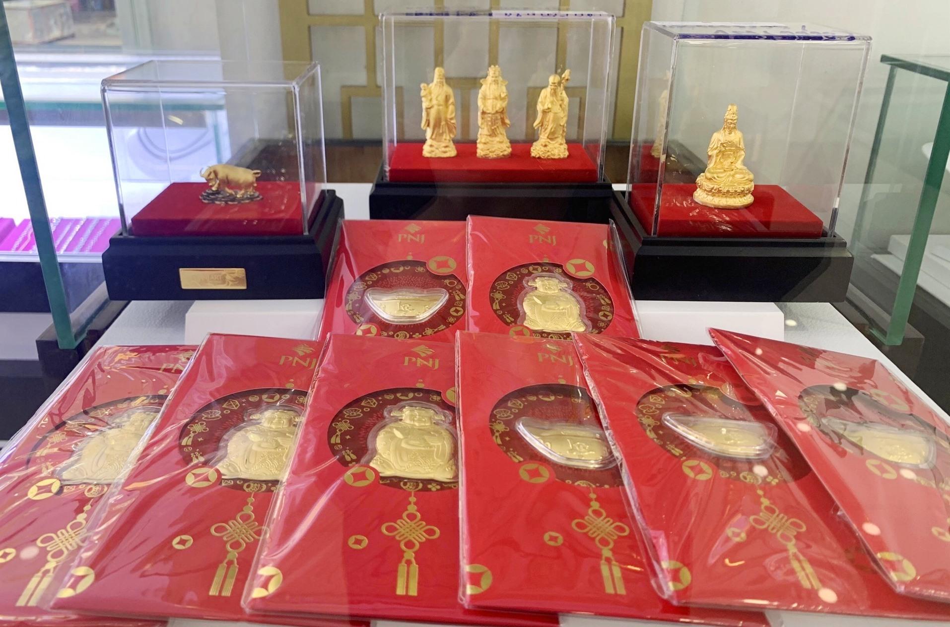 Nhiều sản phẩm vàng dành riêng cho ngày thần tài được bày bán tại cửa hàng PNJ Tam Kỳ. Ảnh: KL