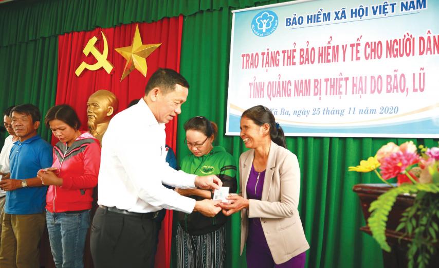 Ông Nguyễn Thanh Danh tặng thẻ BHYT hỗ trợ người dân bị ảnh hưởng bởi bão lũ. Ảnh: D.L