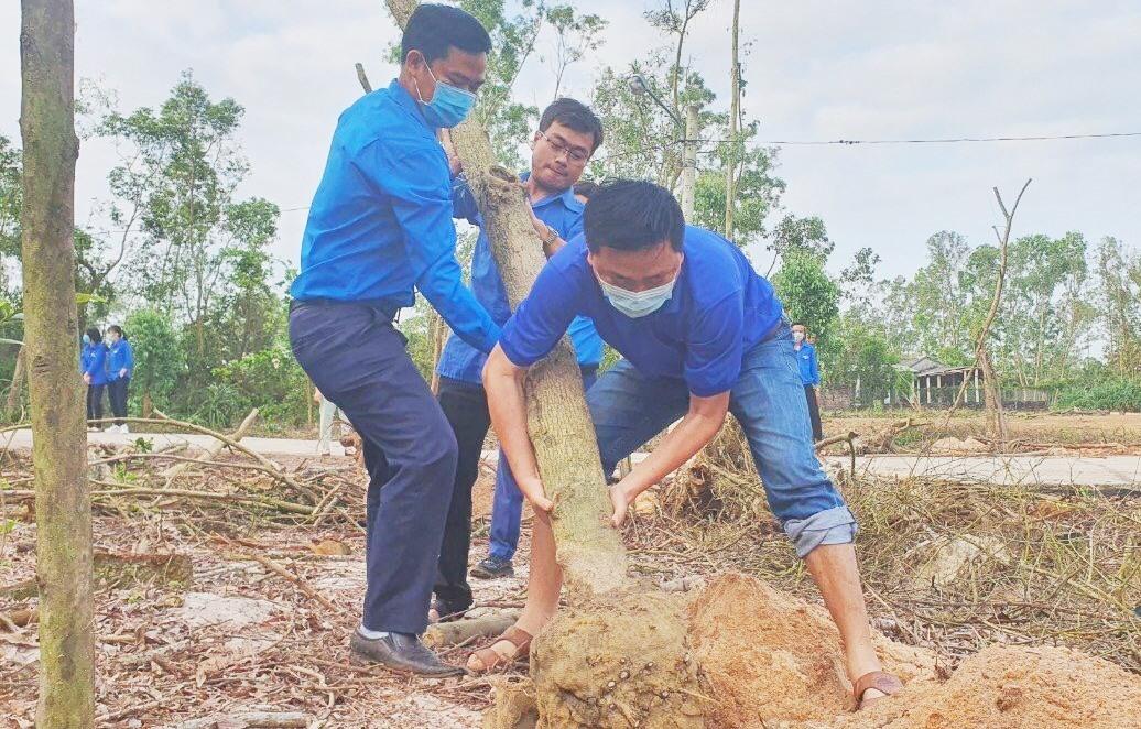 đông đảo đoàn viên thanh niên đã trồng mới nhiều cây xanh tại di tích Rừng cây Bác Hồ (phường An Phú, TP.Tam Kỳ).
