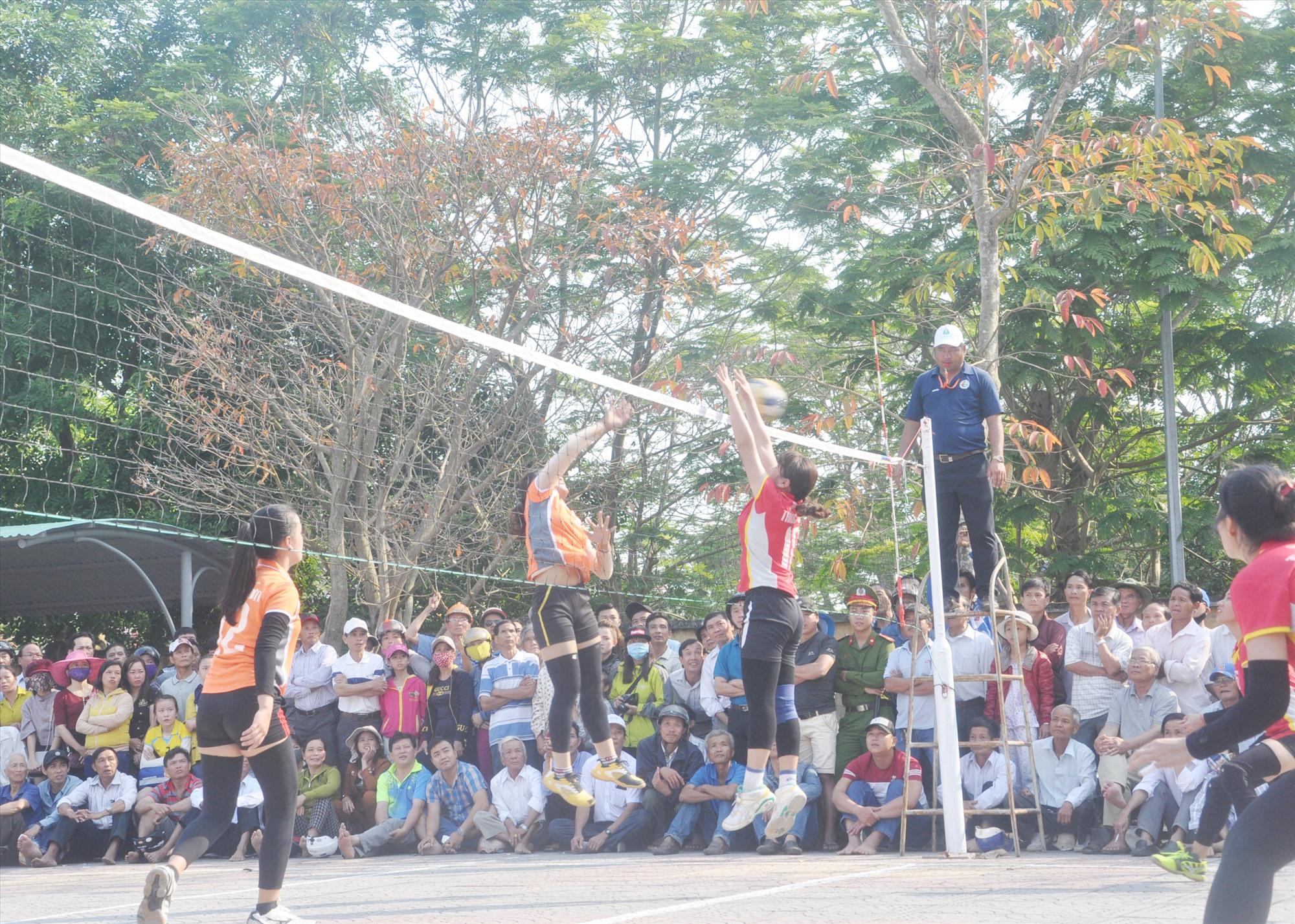 Môn bóng chuyền nữ Đại hội TD-TT tỉnh lần thứ VIII tổ chức tại thị xã Điện Bàn năm 2018 thu hút đông đảo khán giả. Ảnh: T.V