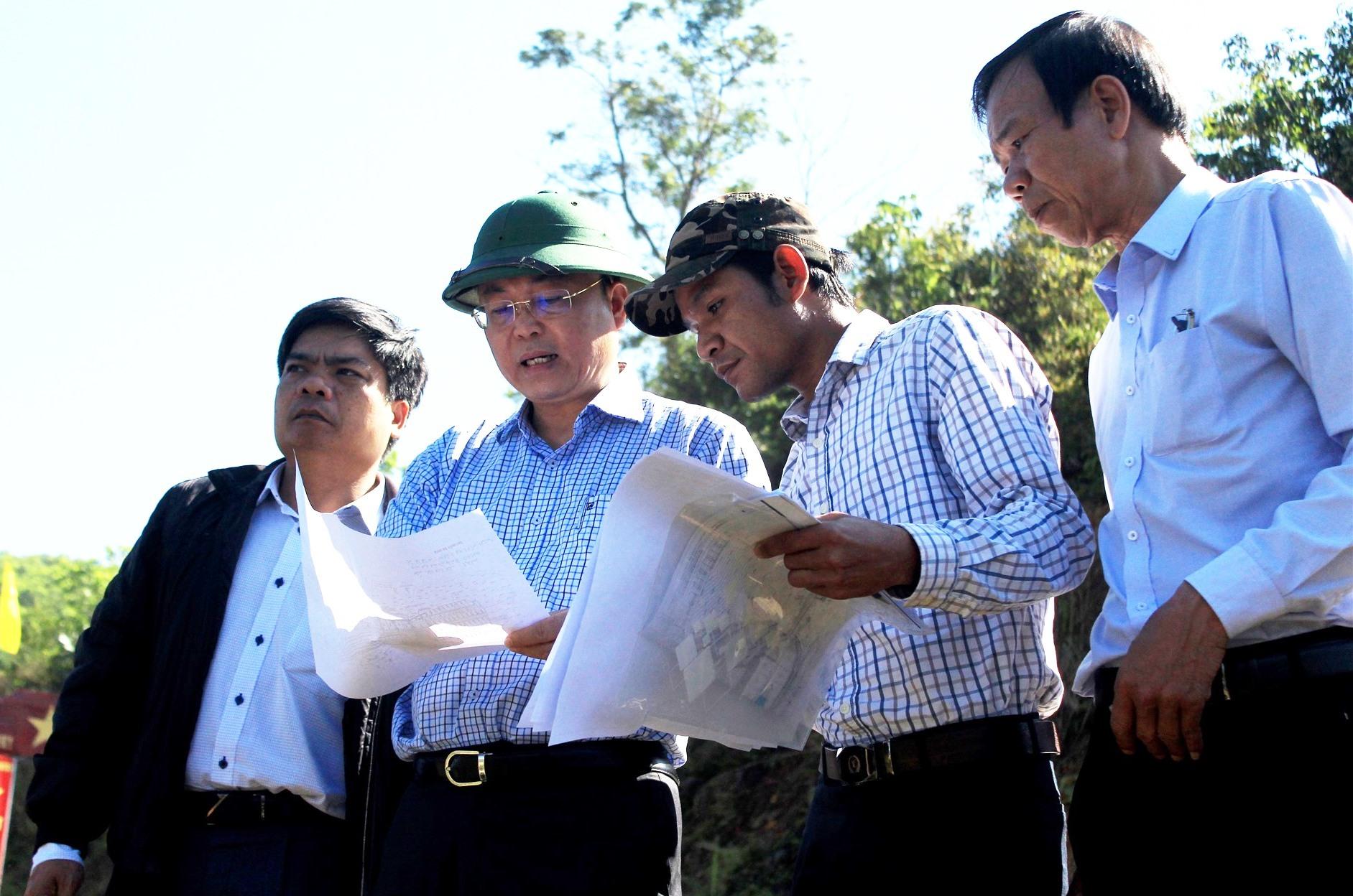 Đoàn công tác khảo sát vị trí dự kiến bố trí tái định cư ở xã Phước Thành