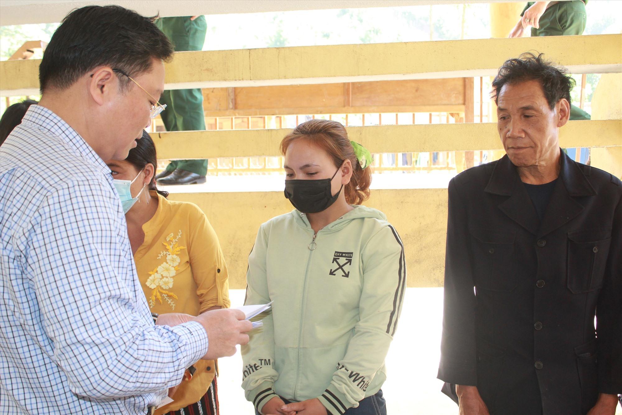 Đồng chí Lê Trí Thanh tặng quà cho các hộ dân bị thiệt hại do bão lũ ở thôn Trà Văn A