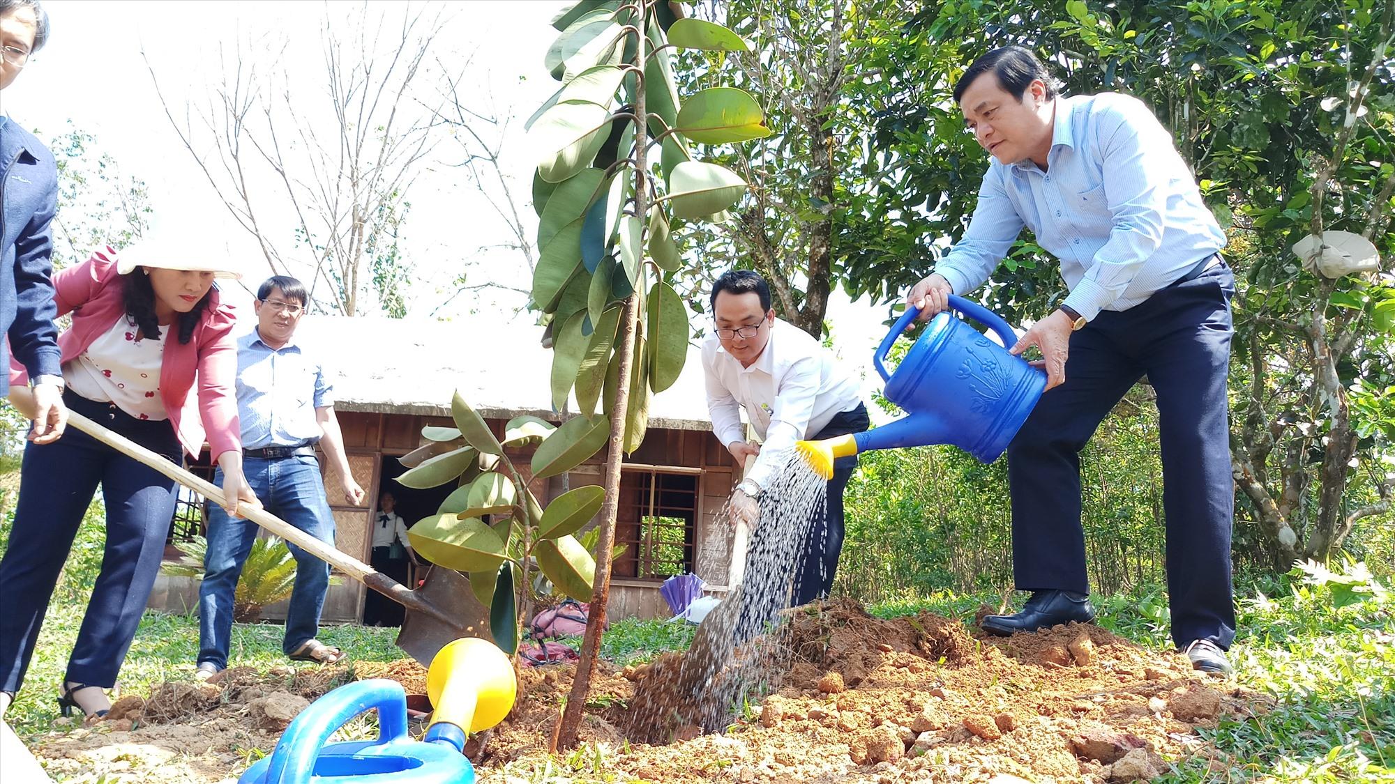 Bí thư Tỉnh ủy Phan Việt Cường tưới cây lưu niệm. Ảnh: A.N