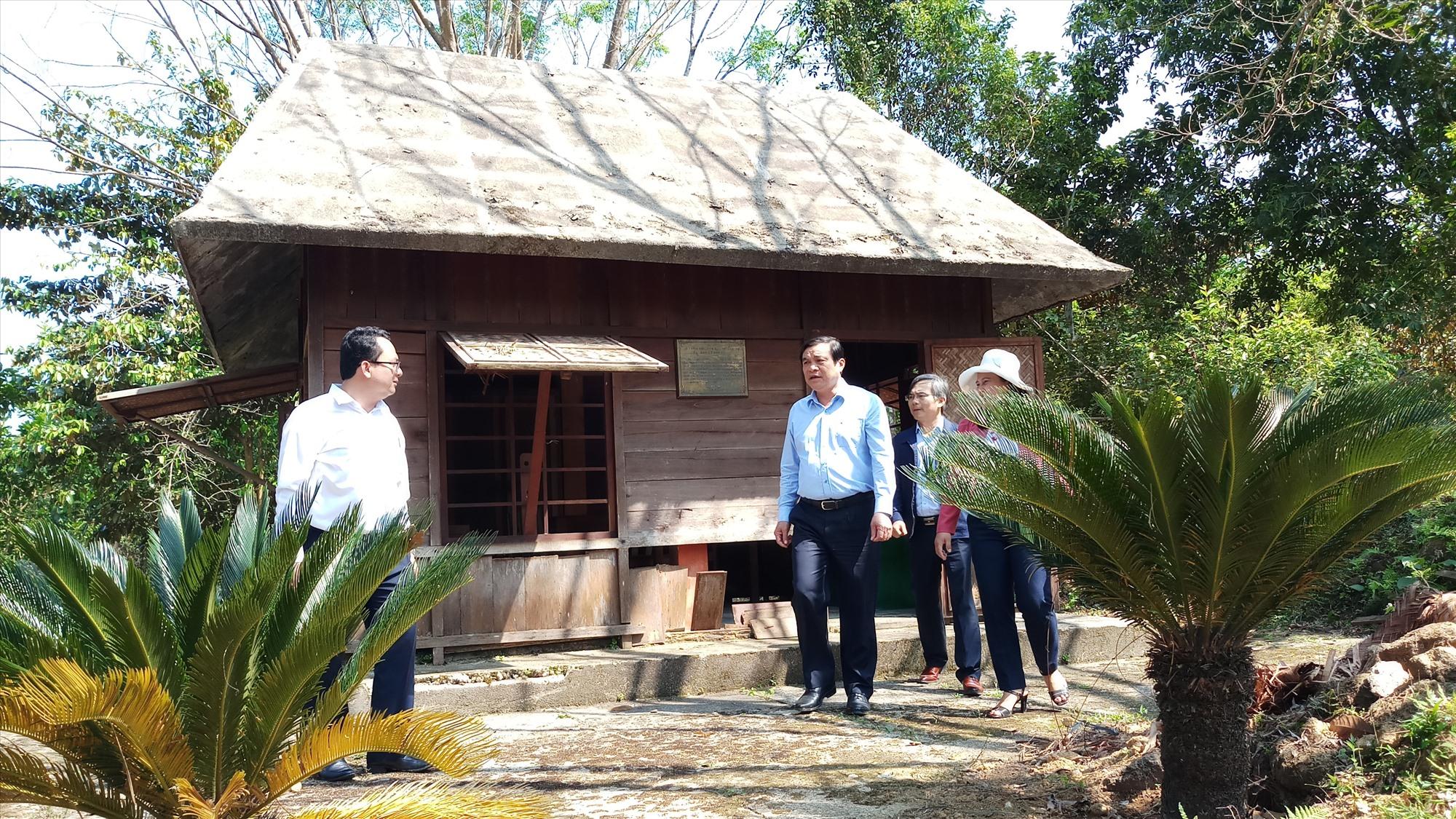 Đoàn công tác đến thăm và kiểm tra một số hạng mục công trình trong khu di tích. Ảnh: A.N