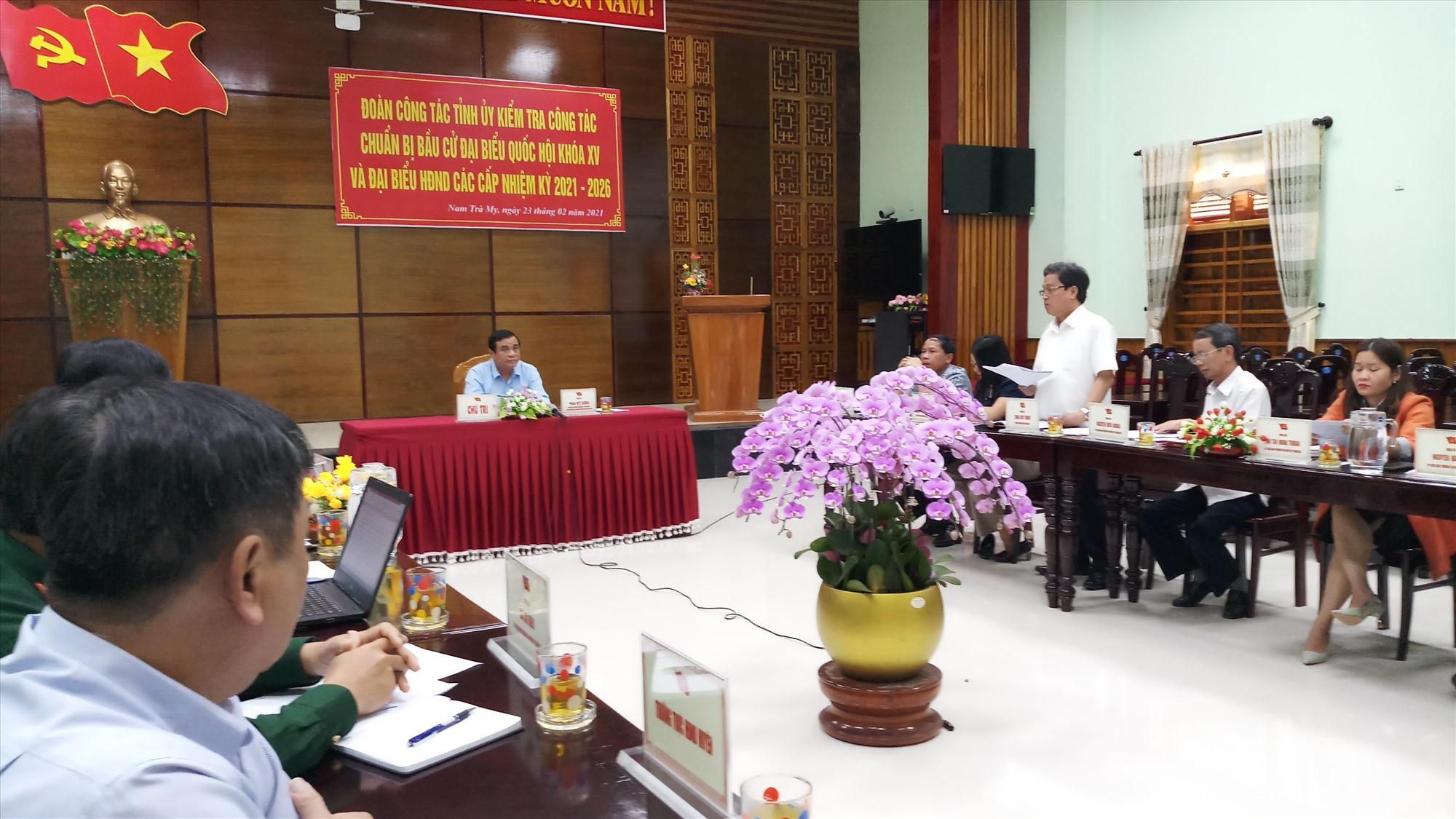Đại diện lãnh đạo huyện Bắc Trà My báo cáo một số nội dung với đoàn công tác. Ảnh: A.N