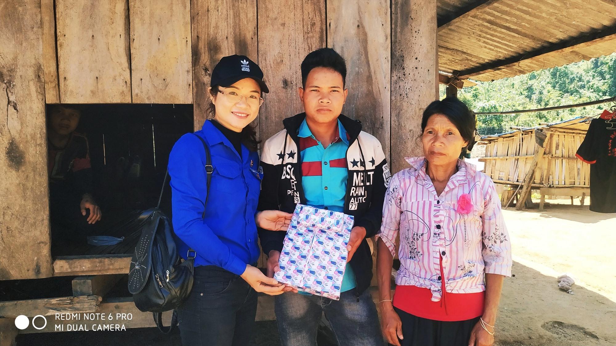 Chị Phạm Thị Mỹ Hạnh - Phó Bí thư Huyện đoàn Nam Trà My đến thăm, tặng quà cho các tân binh.