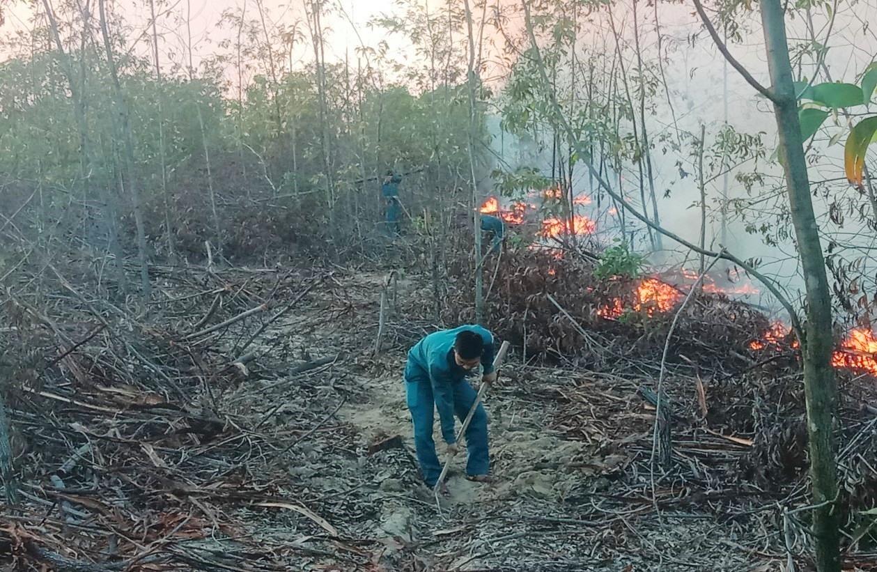 Lực lượng dân quân huyện Thăng Bình tham gia dập tắt đám cháy. Ảnh: H.A
