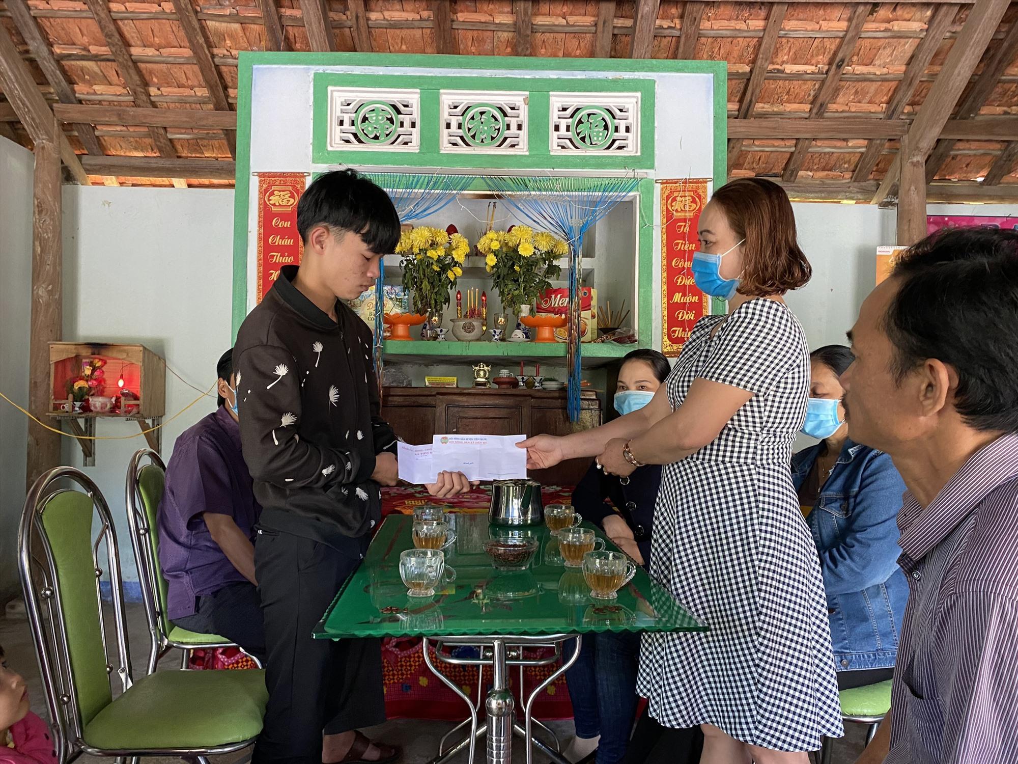 Lãnh đạo chính quyền và các tổ chức chính trị xã hội xã Tiên Mỹ động viên thanh niên trúng tuyển nghĩa vụ quân sự năm 2021.