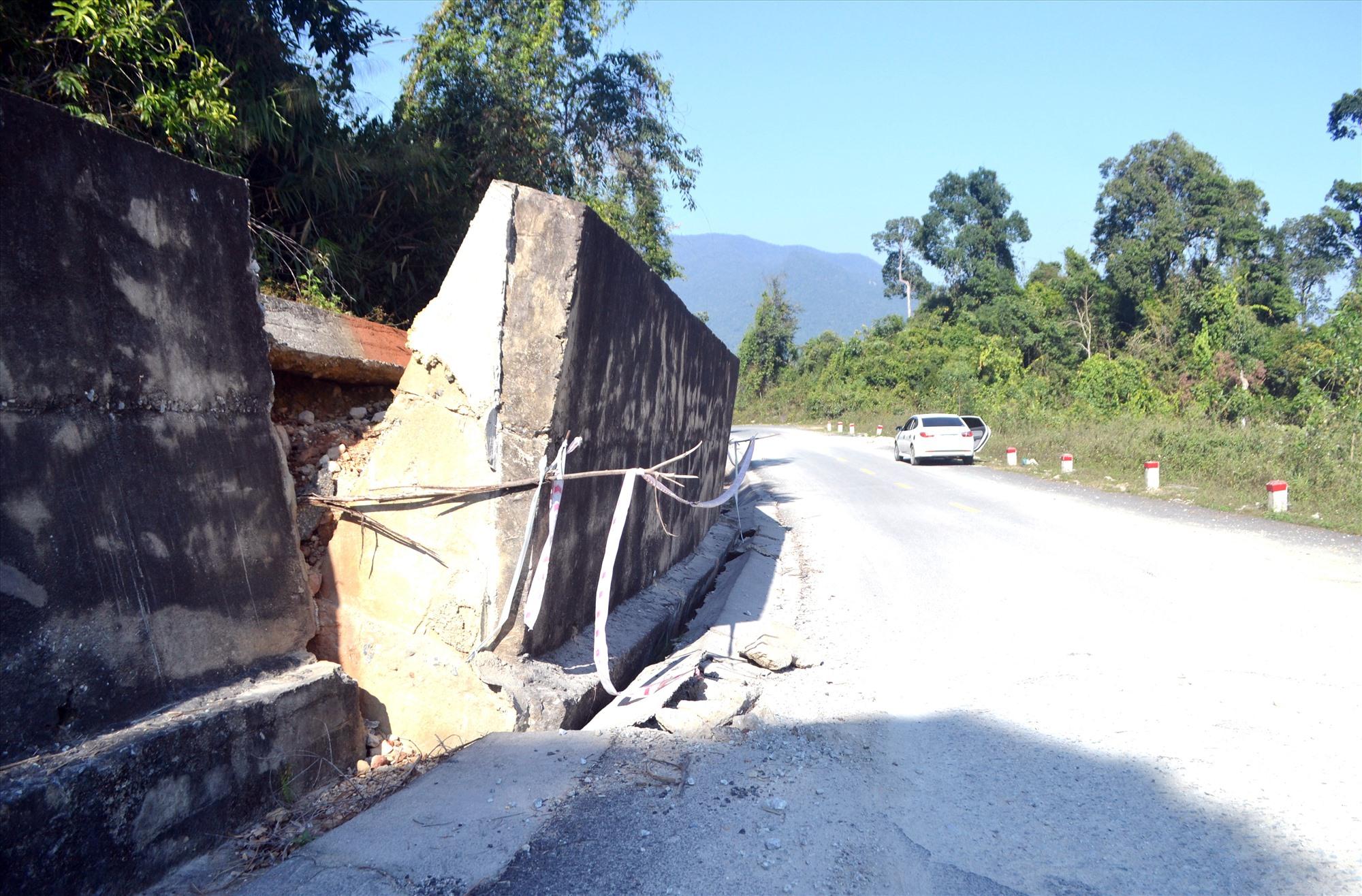 Nền đường Hồ Chí Minh, đoạn km474+050 qua huyện Nam Giang sụt lún kéo theo tường chắn taluy dương bị ngã. Ảnh: CÔNG TÚ