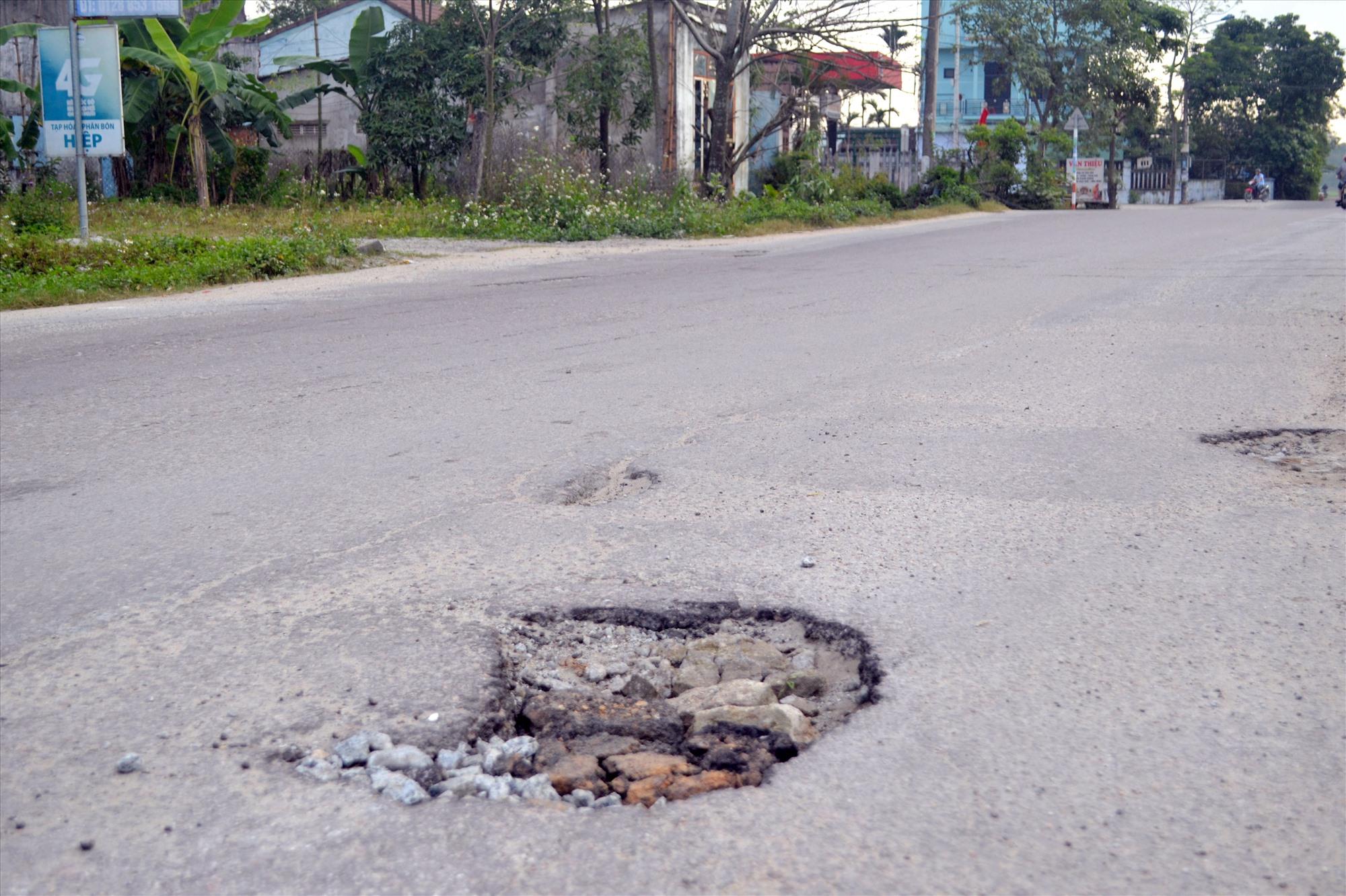 """Mặt đường quốc lộ 40B, đoạn vào nút giao đường cao tốc qua xã Tam Thái (Phú Ninh) bị """"ổ gà"""" tiềm ẩn nguy cơ TNGT. Ảnh: K.K"""