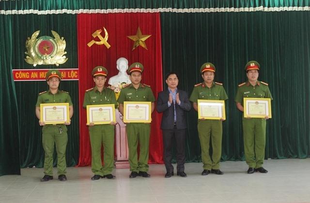 Lãnh đạo huyện Đại Lộc khen thưởng các cá nhân có thành tích xuất sắc trong công tác đấu tranh trấn áp tội phạm. Ảnh: DUY NHAN
