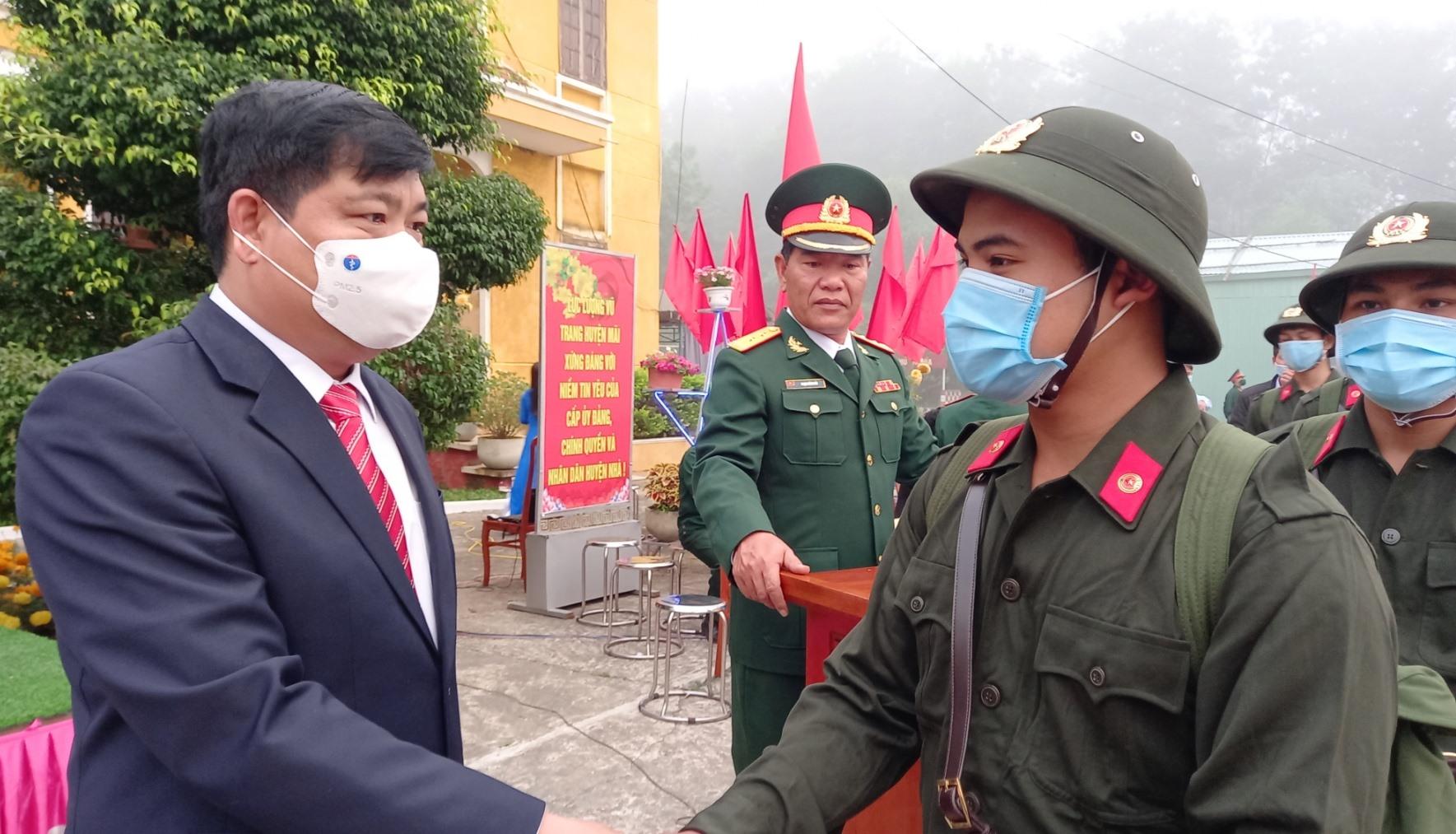Ông Nguyễn Mạnh Hà, UVBTV, Trưởng Ban nội chính Tỉnh ủy bắt tay động viên các tân binh