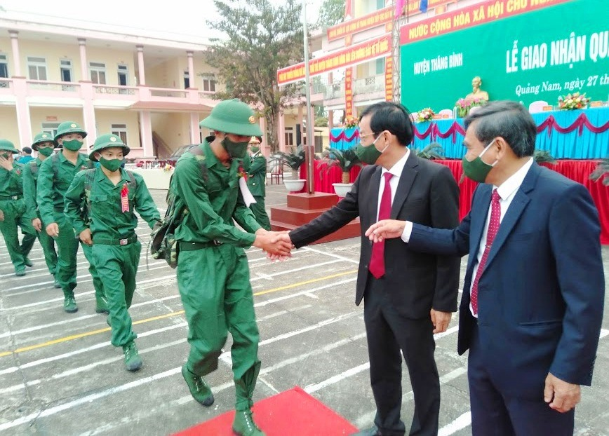 Đồng chí Nguyễn Chín – Trưởng Ban Tổ chức Tỉnh ủy bắt tay động viên thanh niên.