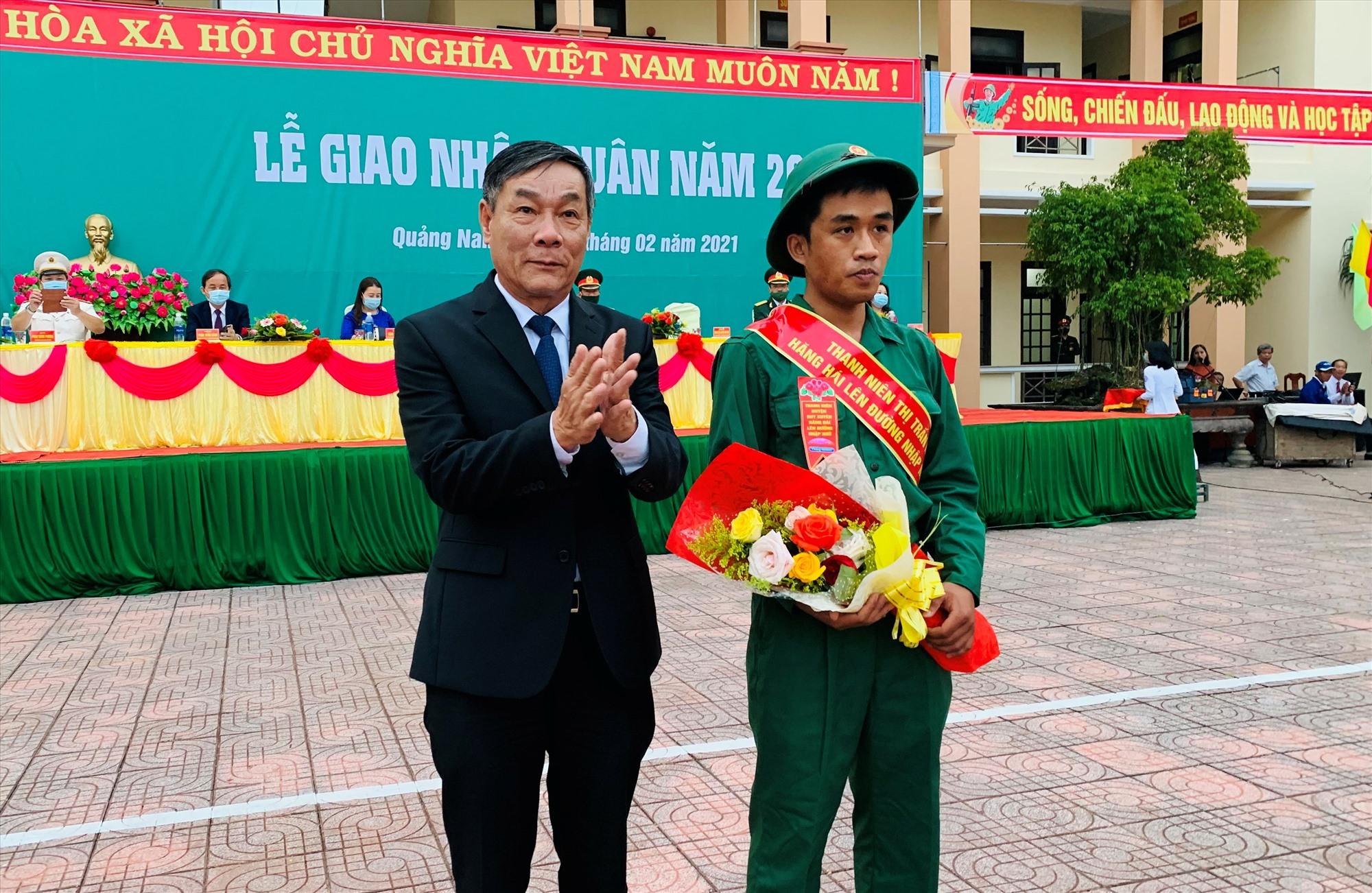 Ông Nguyễn Công Dũng – Bí thư Huyện ủy Duy Xuyên tặng hoa chúc mừng các tân binh. Ảnh: