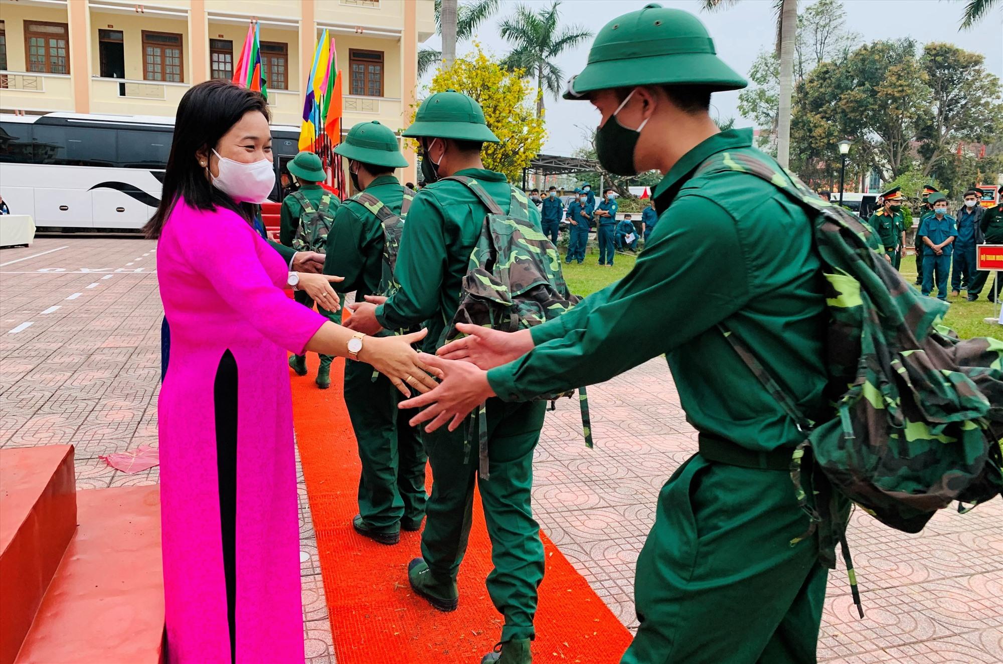 Bà Huỳnh Thị Thùy Dung – Ủy viên Ban Thường vụ, Trưởng ban Dân vận Tỉnh ủy bắt tay, động viên thanh niên lên đường tòng quân. Ảnh: T.S