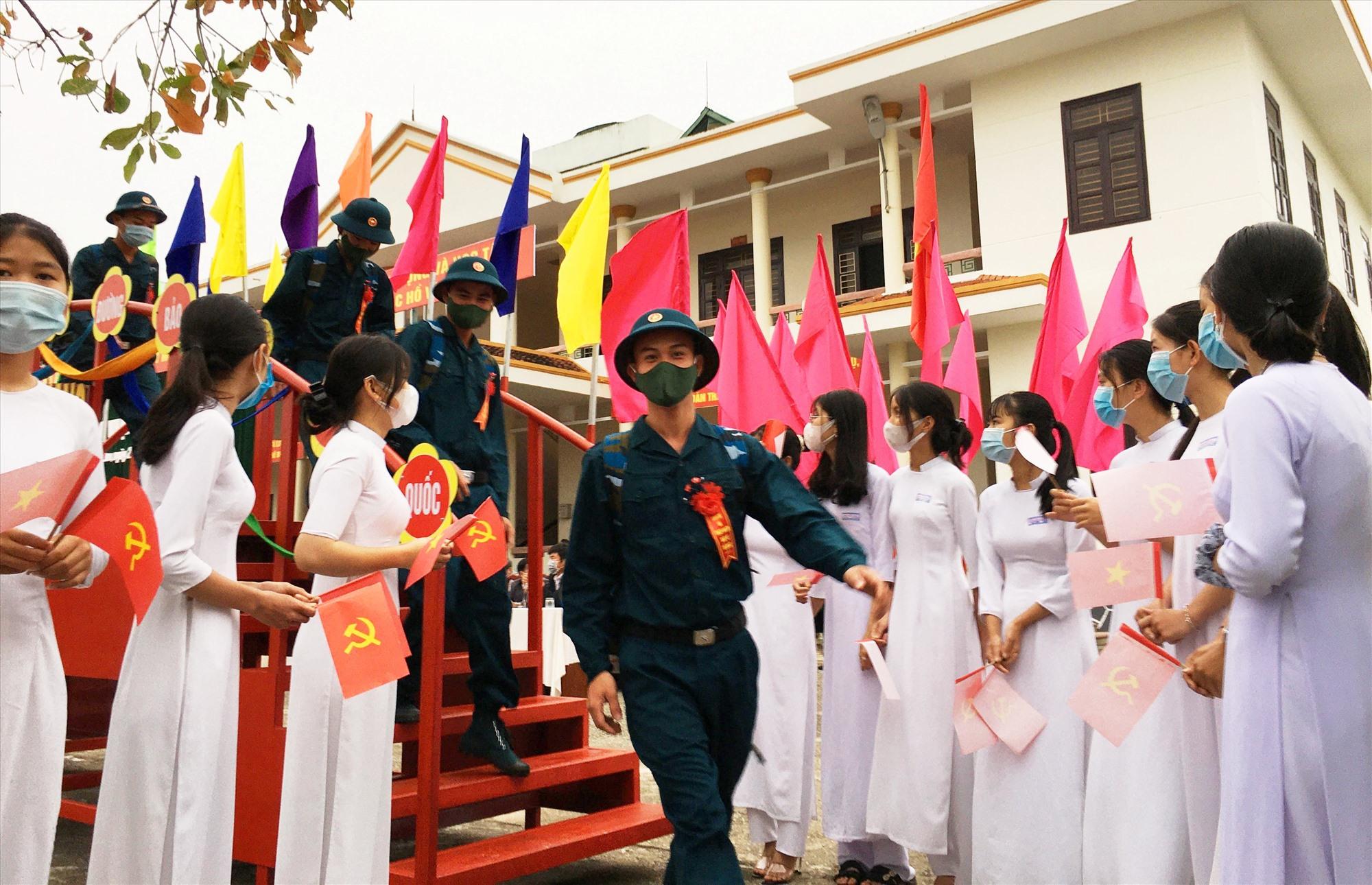 Thanh niên Phú Ninh lên đường nhập ngũ. Ảnh: HẢI CHÂU