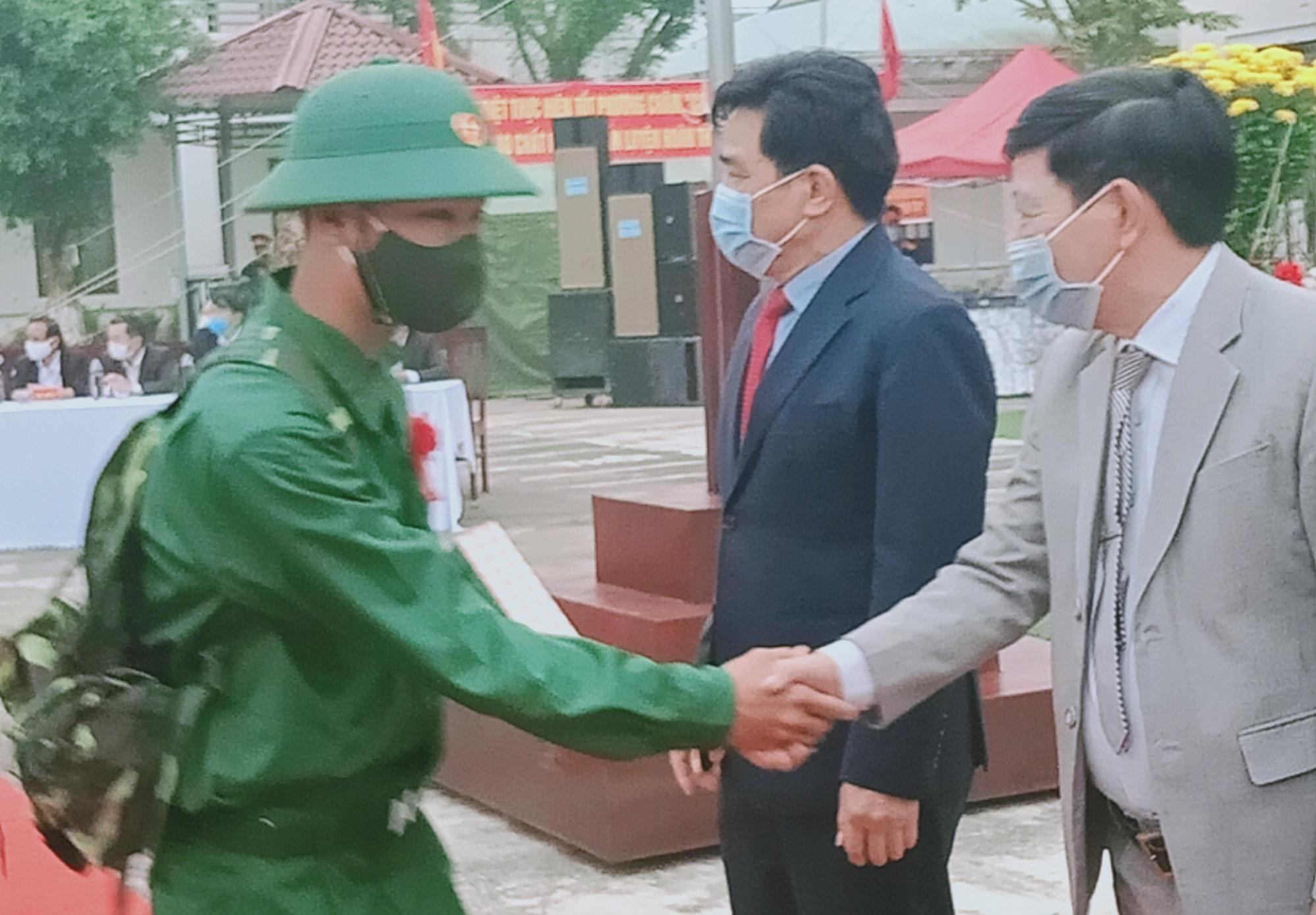 Phó Bí thư Thường trực Tỉnh ủy Lê Văn Dũng và lãnh đạo huyện Hiệp Đức động viên tân binh trước giờ lên đường nhập ngũ. Ảnh: VĂN MINH
