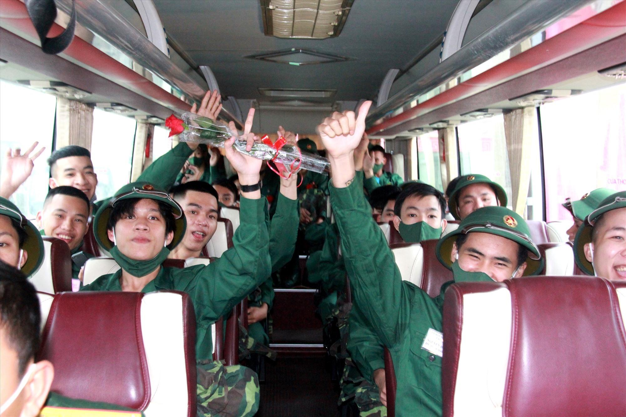 Niềm vui của các tân binh trước khi lên đường nhập ngũ. Ảnh: ALĂNG NGƯỚC