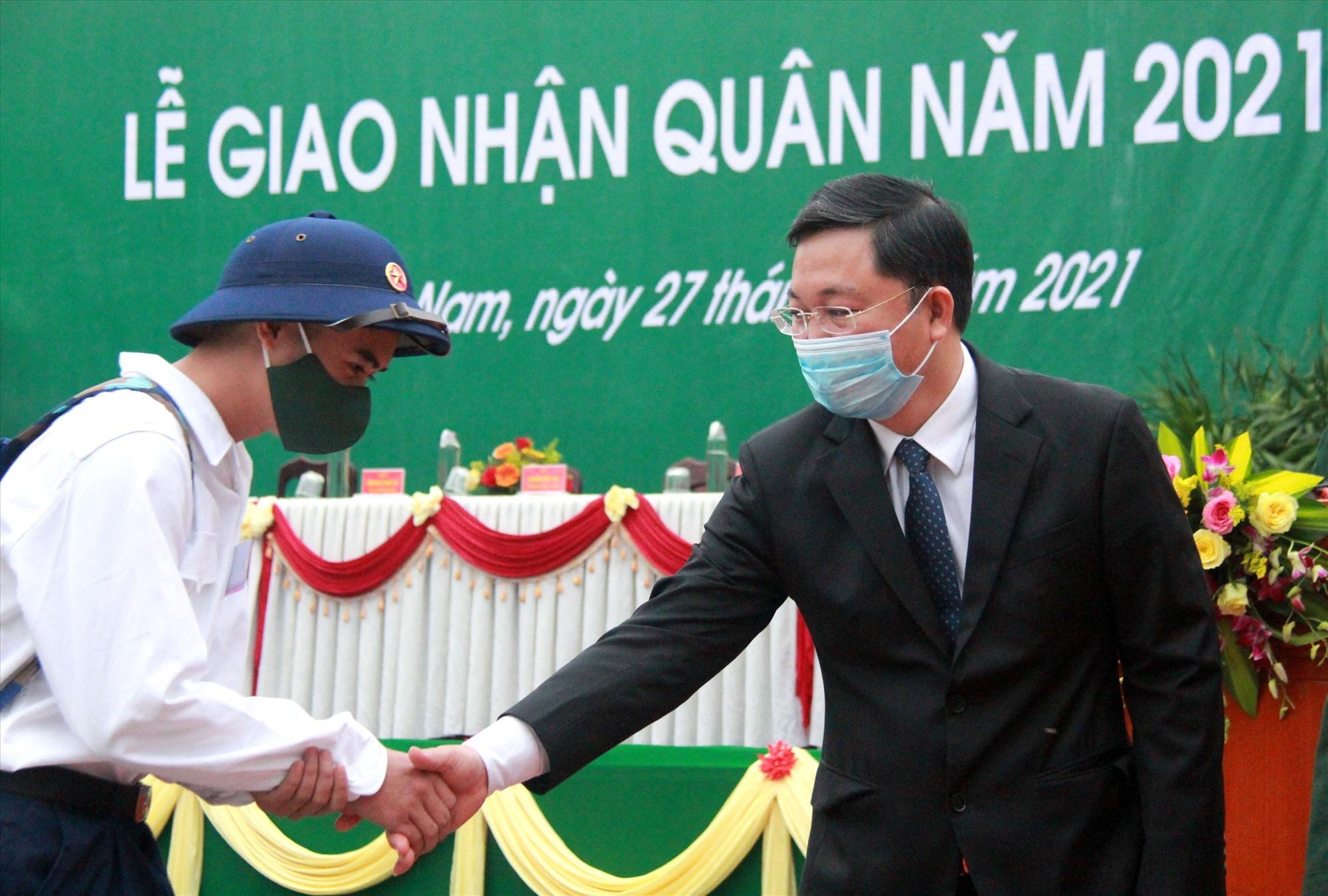 Chủ tịch UBND tỉnh Lê Trí Thanh bắt tay động viên chiến sĩ. Ảnh: ALĂNG NGƯỚC