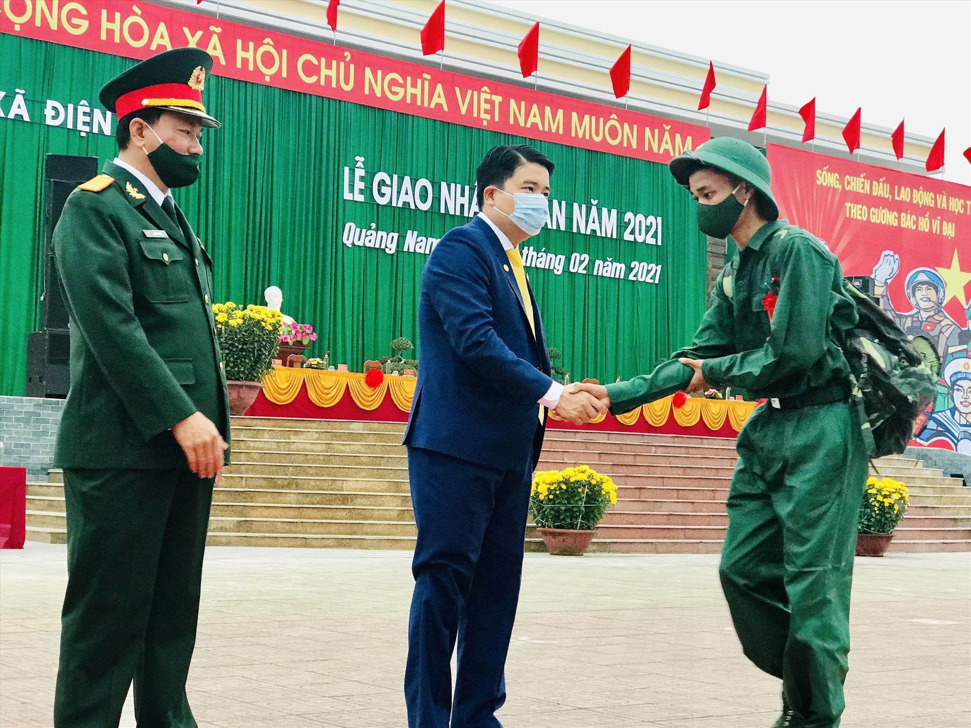 Phó Chủ tịch UBND tỉnh Trần Văn Tân bắt tay động viên tân binh lên đường nhập ngũ. Ảnh: Q.T