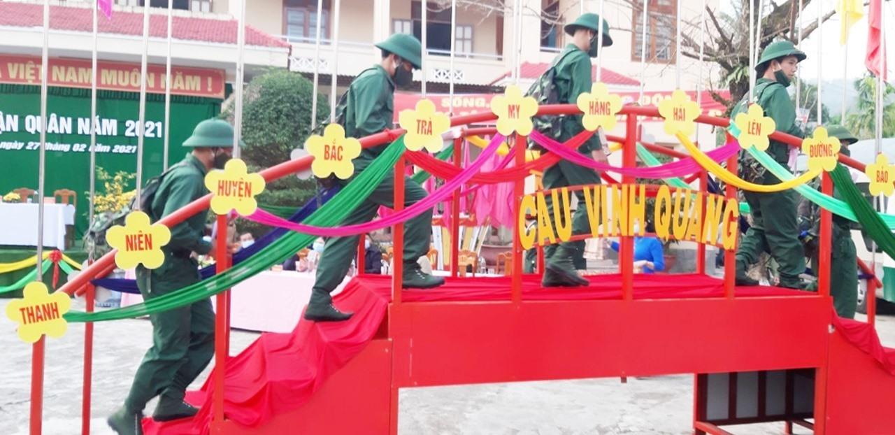 Thanh niên huyện Bắc Trà My bước qua cầu vinh quang lên đường làm nghĩa vụ quân sự. Ảnh: N.Đ