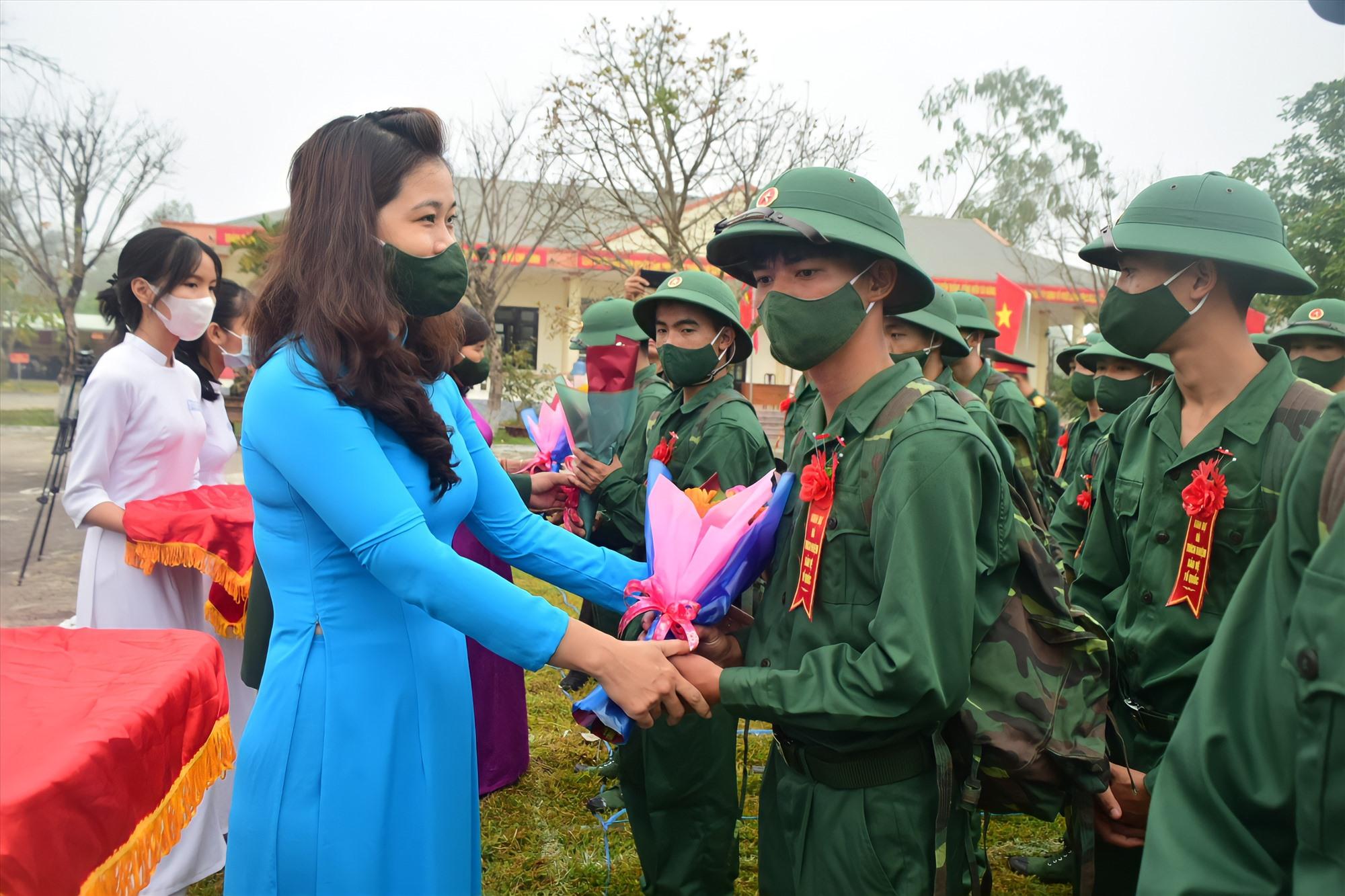 Bí thư Tỉnh đoàn Phạm Thị Thanh động viên tân binh. Ảnh: T.C