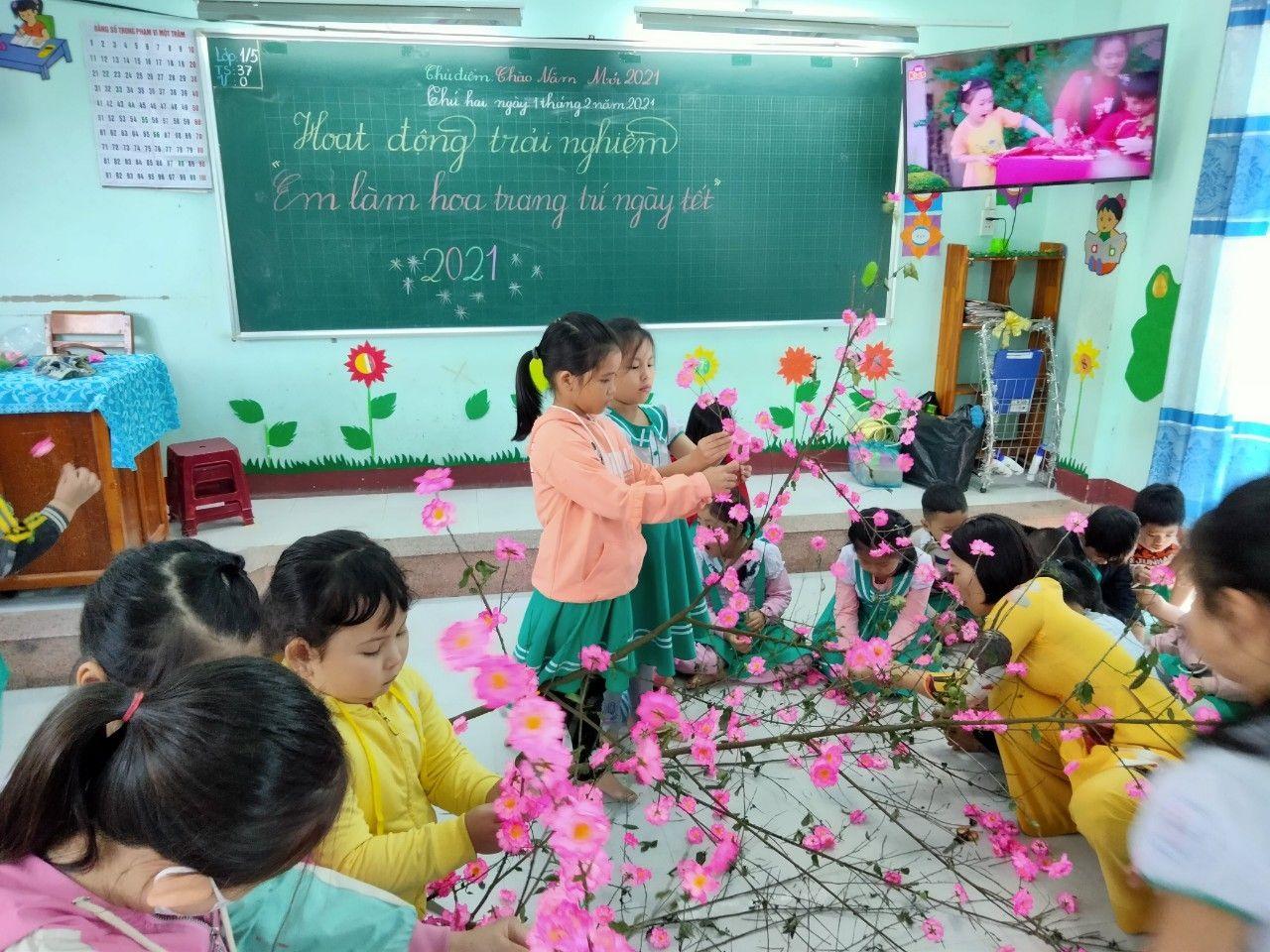 Học sinh Trường Tiểu học Nguyễn Văn Trỗi (Tam Kỳ) trang trí hoa ngày tết. Ảnh: P.Đ.V