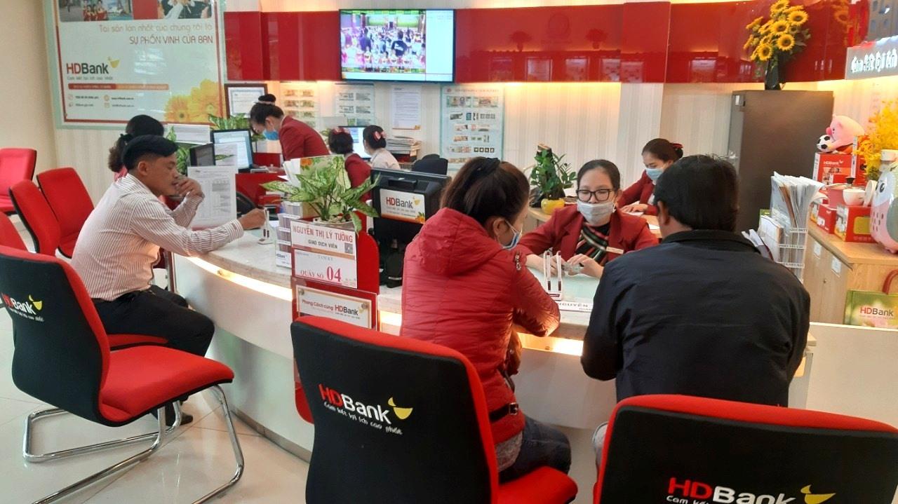 Khách hàng thực hiện giao dịch rút tiền mặt ở Phòng giao dịch HDBank chi nhánh Quảng Nam tại TP.Tam Kỳ. Ảnh: VIỆT NGUYỄN