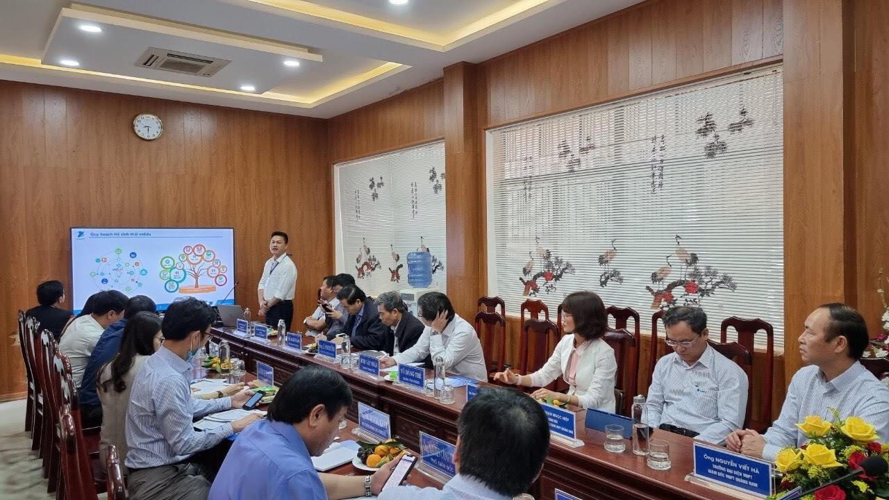 Đại diện VNPT giới thiệu trung tâm điều hành thông minh IOC Edu.