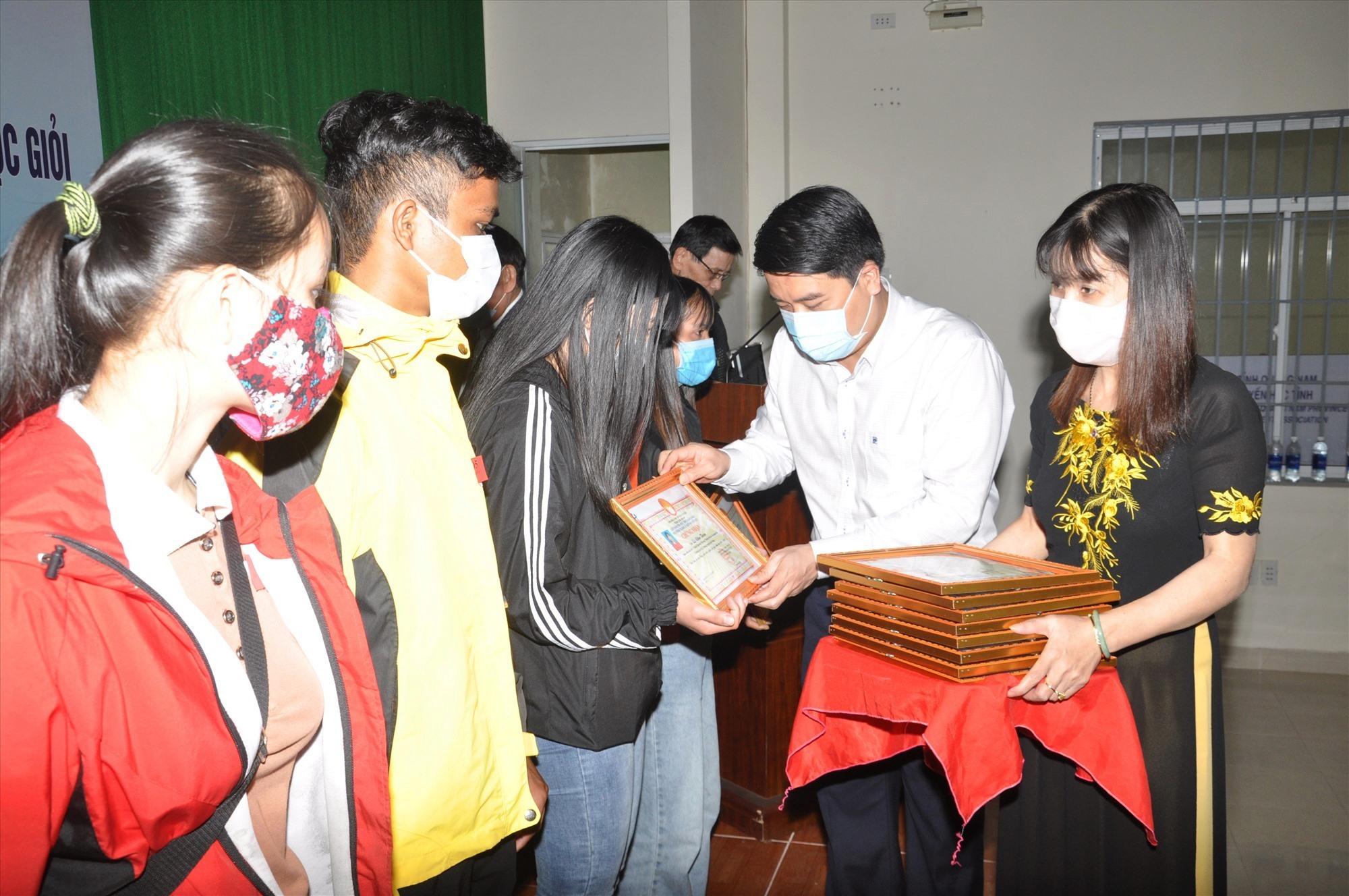 Phó Chủ tịch UBND tỉnh Trần Văn Tân trao giấy chứng nhận và học bổng khuyến học cho sinh viên nghèo học giỏi. Ảnh: X.P