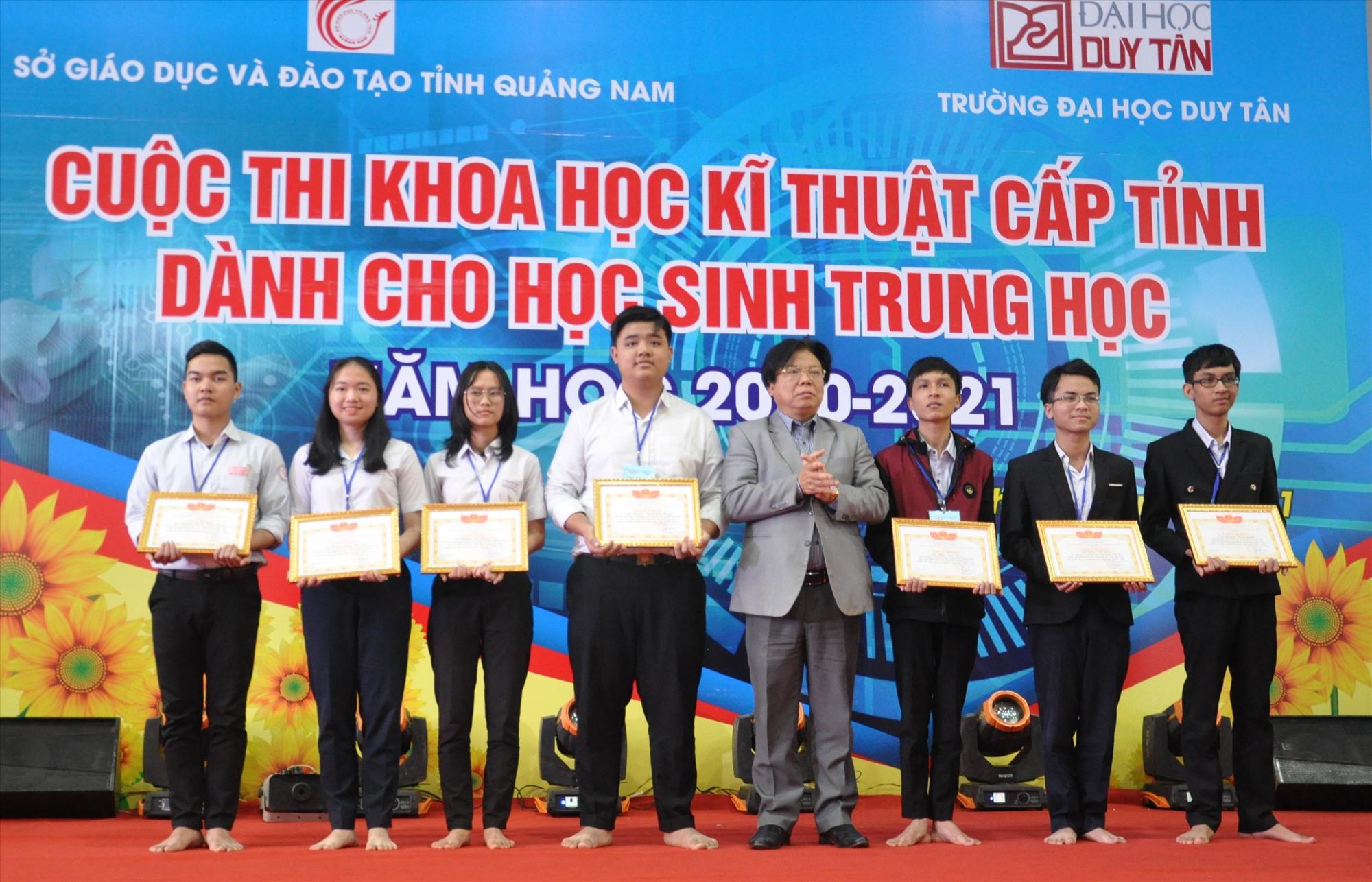 Giám đốc Sở GD-ĐT tặng thưởng cho 7 tác giả đoạt giải nhất. Ảnh: X.P