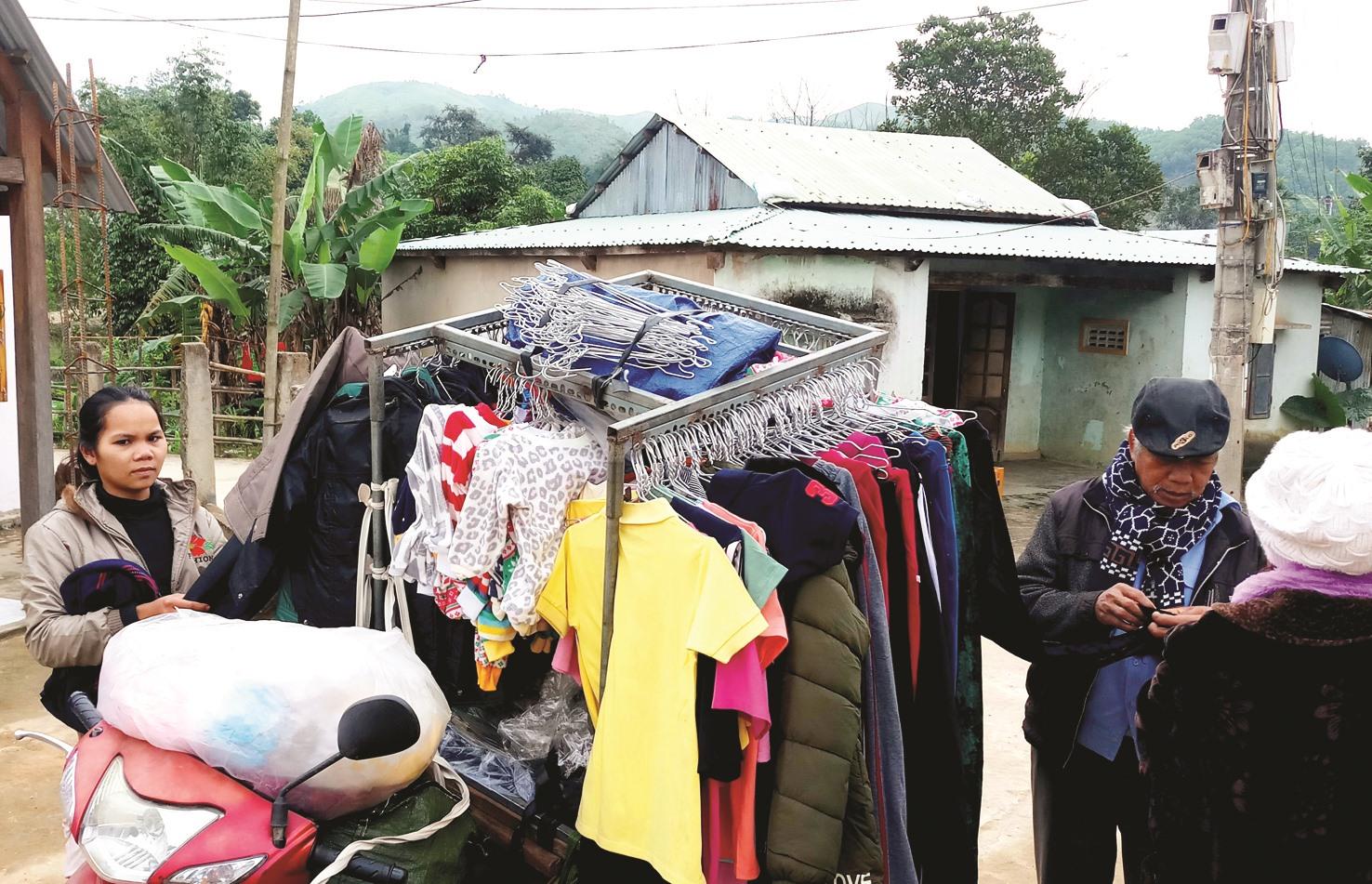 """Đồng bào Cơ Tu ở thôn Bh'lô Bền (xã Sông Kôn, Đông Giang) chọn mua quần áo mới từ """"chợ di động""""."""