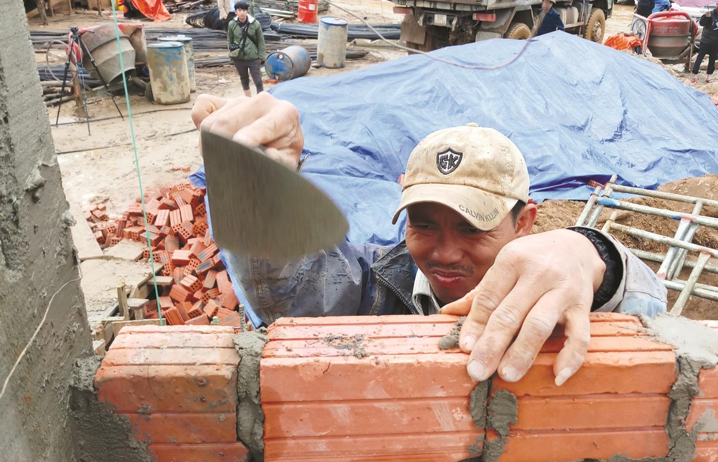Người thợ hối hả với công việc xây dựng cuối năm.
