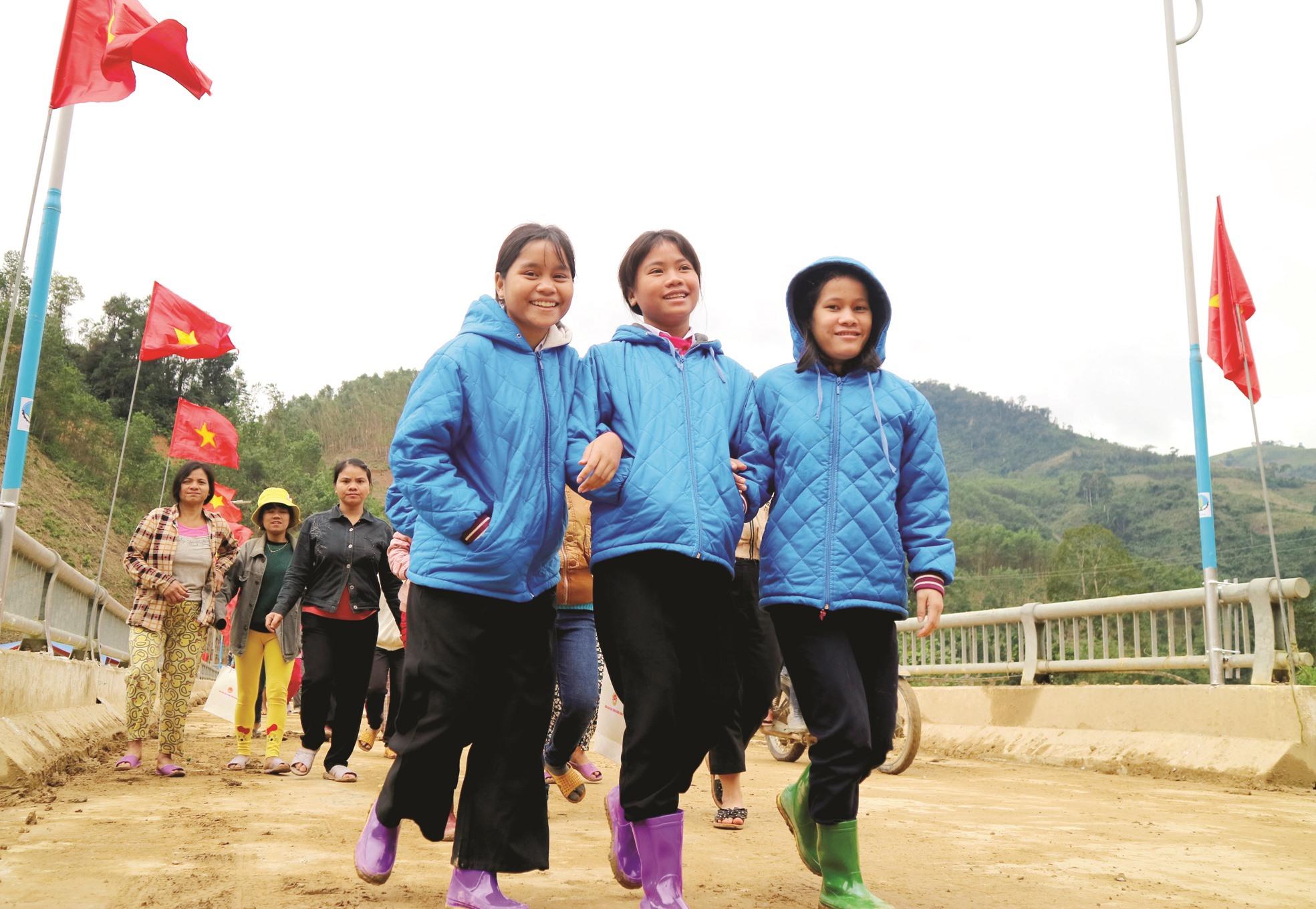 """Người dân và học sinh ở Trà Leng trở về sau buổi """"thị sát"""" công trình tái định cư cho chính mình. Nụ cười đã trở lại trên từng gương mặt, ai cũng háo hức chờ đến ngày được ở căn nhà mới."""