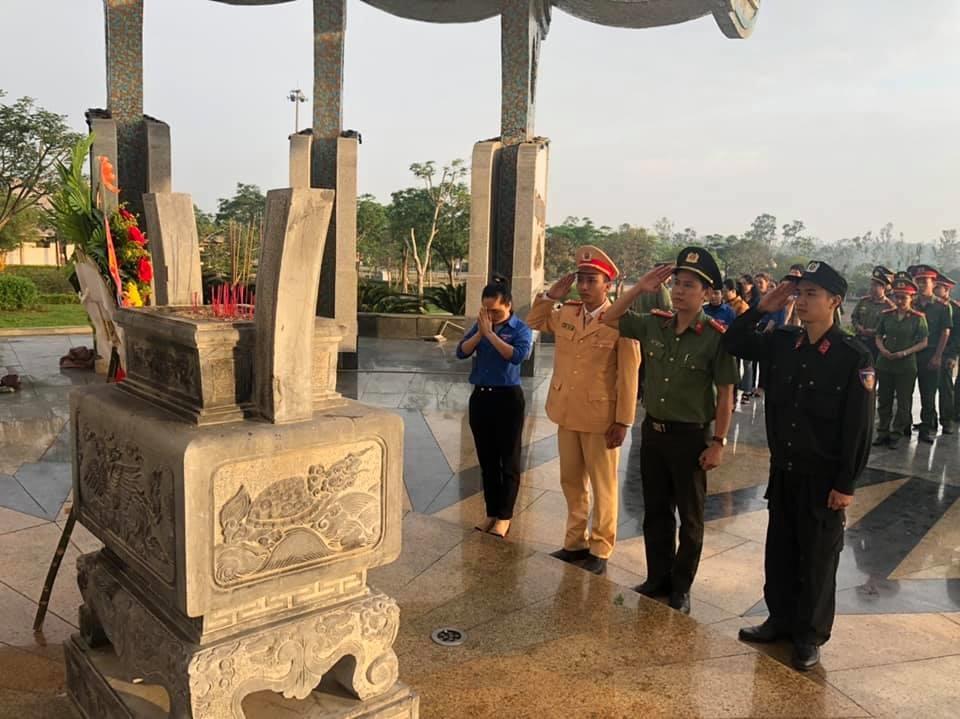 ĐVTN Công an tỉnh viếng hương Nghĩa trang liệt sĩ. Ảnh: M.L
