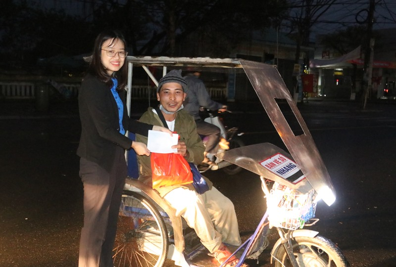 ĐVTN Tòa án tỉnh tặng quà cho những người bán vé số và công nhân vệ sinh môi trường. Ảnh: L.C