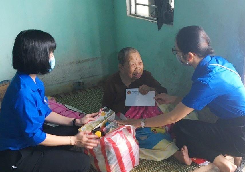 Đoàn thanh niên Kho bạc Nhà nước Quảng Nam tặng quà cụ già neo đơn. Ảnh: L.C