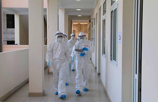 Các bác sĩ điều trị Covid-19 tại Bệnh viện dã chiến số 2, Hải Dương. Ảnh: Bộ Y tế.
